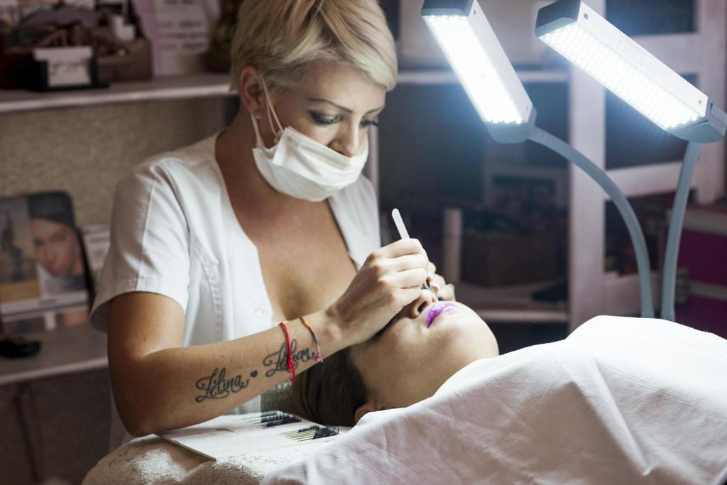 Advanced eyelash extension artist