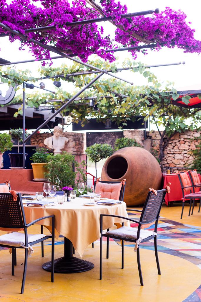 https://www.white-ibiza.com/wp-content/uploads/2020/02/ibiza-restaurants-las-dos-lunas-2018-02.jpg