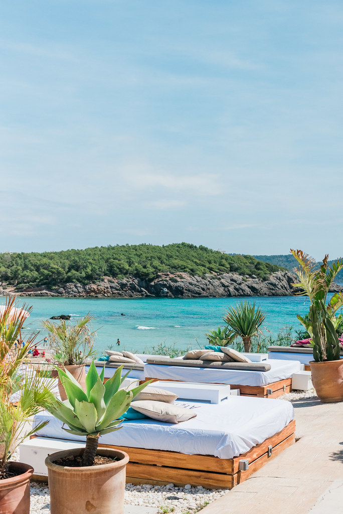 https://www.white-ibiza.com/wp-content/uploads/2020/03/ibiza-beach-restaurants-atzaro-beach-2019-09.jpg