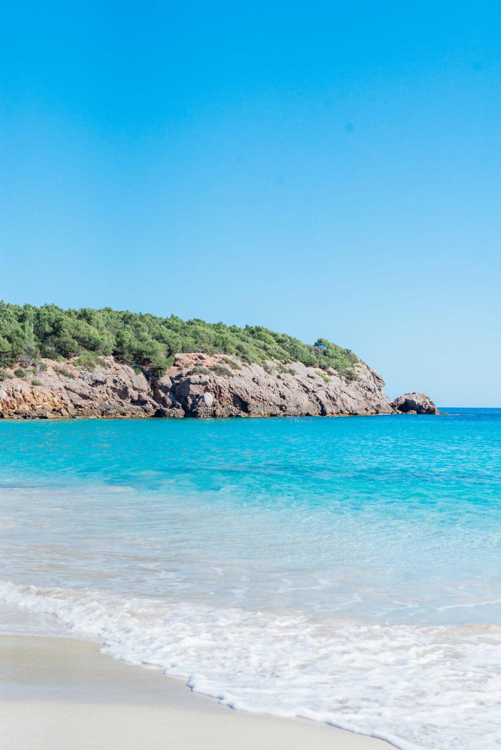 https://www.white-ibiza.com/wp-content/uploads/2020/03/ibiza-beaches-cala-nova-03-1025x1536.jpg