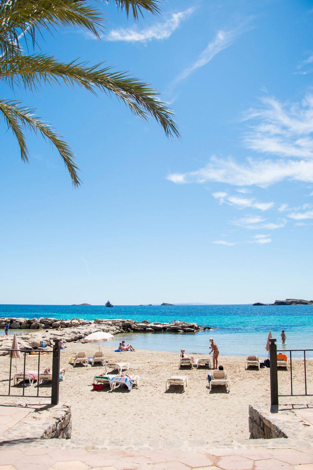 https://www.white-ibiza.com/wp-content/uploads/2020/03/ibiza-beaches-figueretas-03-1024x1536.jpg