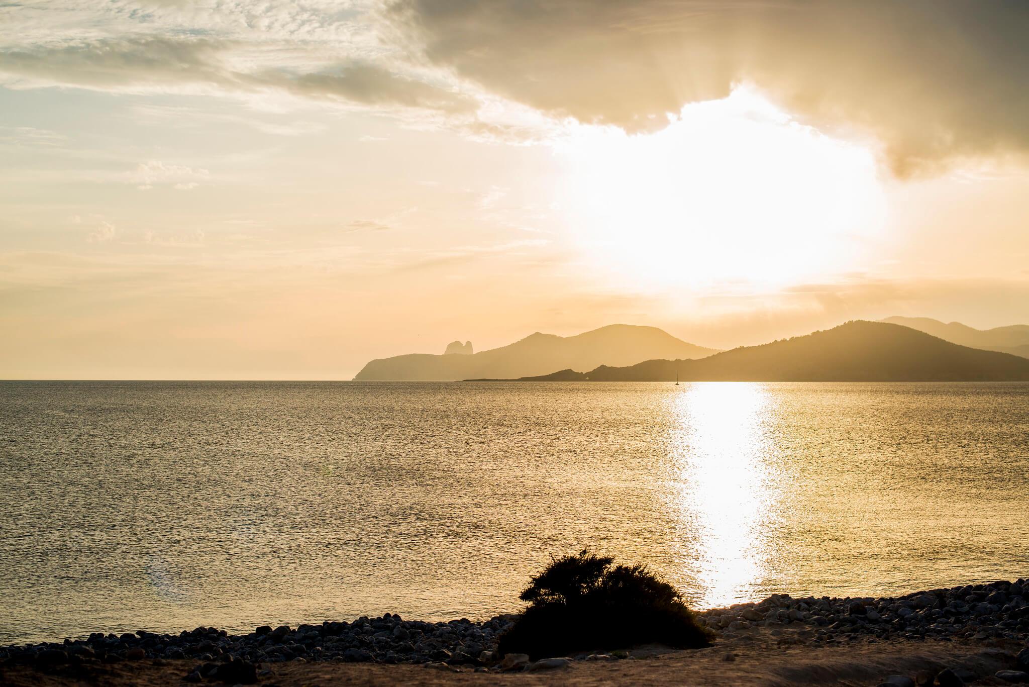 https://www.white-ibiza.com/wp-content/uploads/2020/03/ibiza-sunsets-experimental-beach-ibiza-2020-02.jpg
