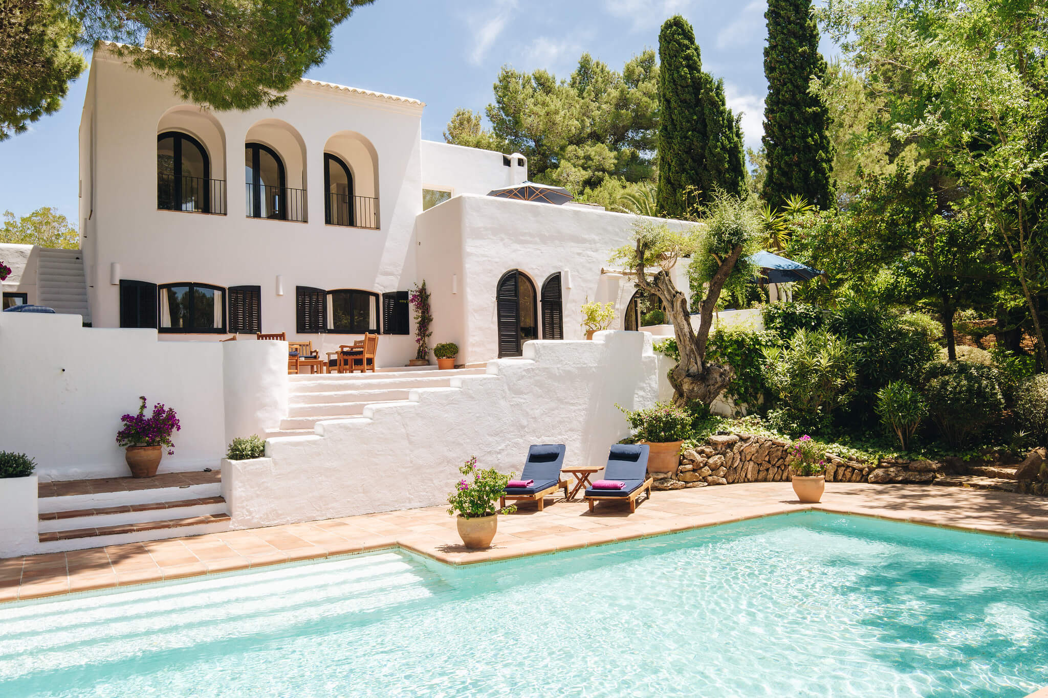 https://www.white-ibiza.com/wp-content/uploads/2020/05/white-ibiza-villas-can-amelida-exterior-house-from-pool.jpg