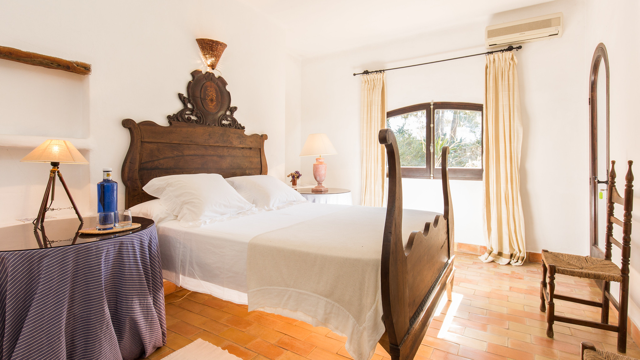 https://www.white-ibiza.com/wp-content/uploads/2020/05/white-ibiza-villas-can-amelida-interior-bedroom3.jpg