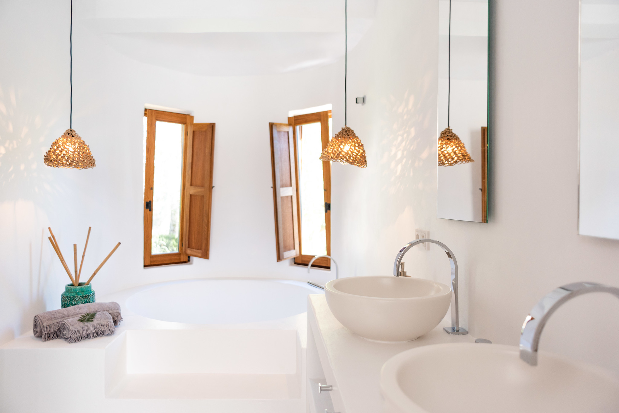 https://www.white-ibiza.com/wp-content/uploads/2020/05/white-ibiza-villas-can-cactus-bath.jpg