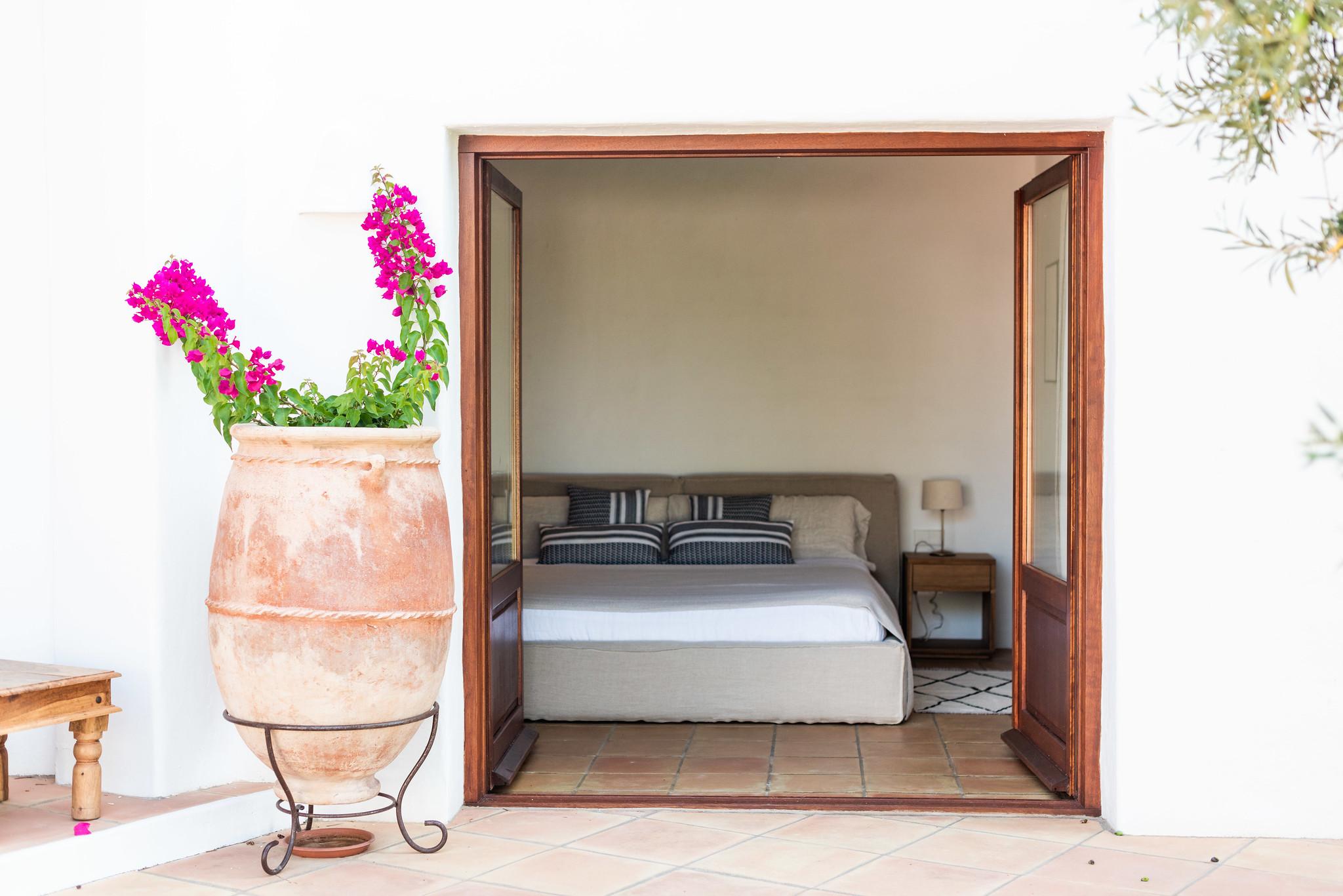 https://www.white-ibiza.com/wp-content/uploads/2020/05/white-ibiza-villas-can-lavanda-bougainvillea.jpg