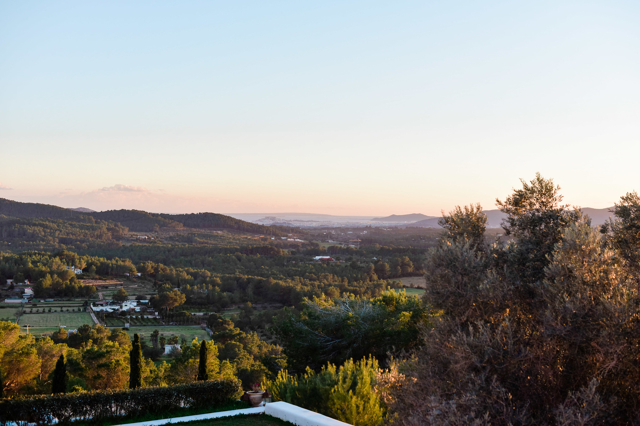 https://www.white-ibiza.com/wp-content/uploads/2020/05/white-ibiza-villas-can-lavanda-campo-views.jpg