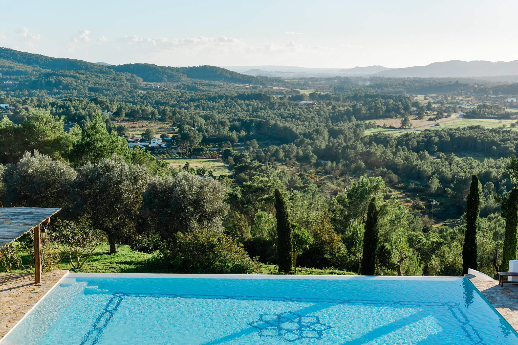 https://www.white-ibiza.com/wp-content/uploads/2020/05/white-ibiza-villas-can-lavanda-campo-views2.jpg