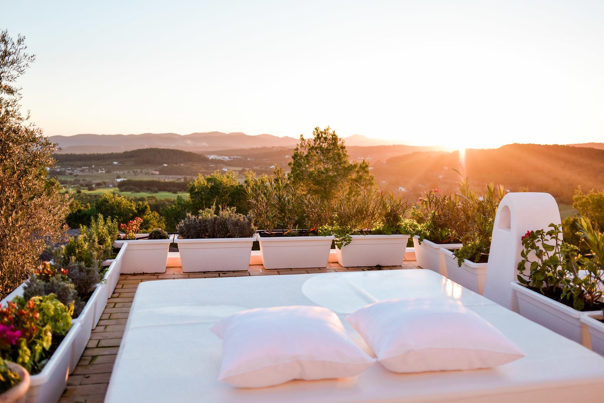 https://www.white-ibiza.com/wp-content/uploads/2020/05/white-ibiza-villas-can-lavanda-roof-chill-out.jpg