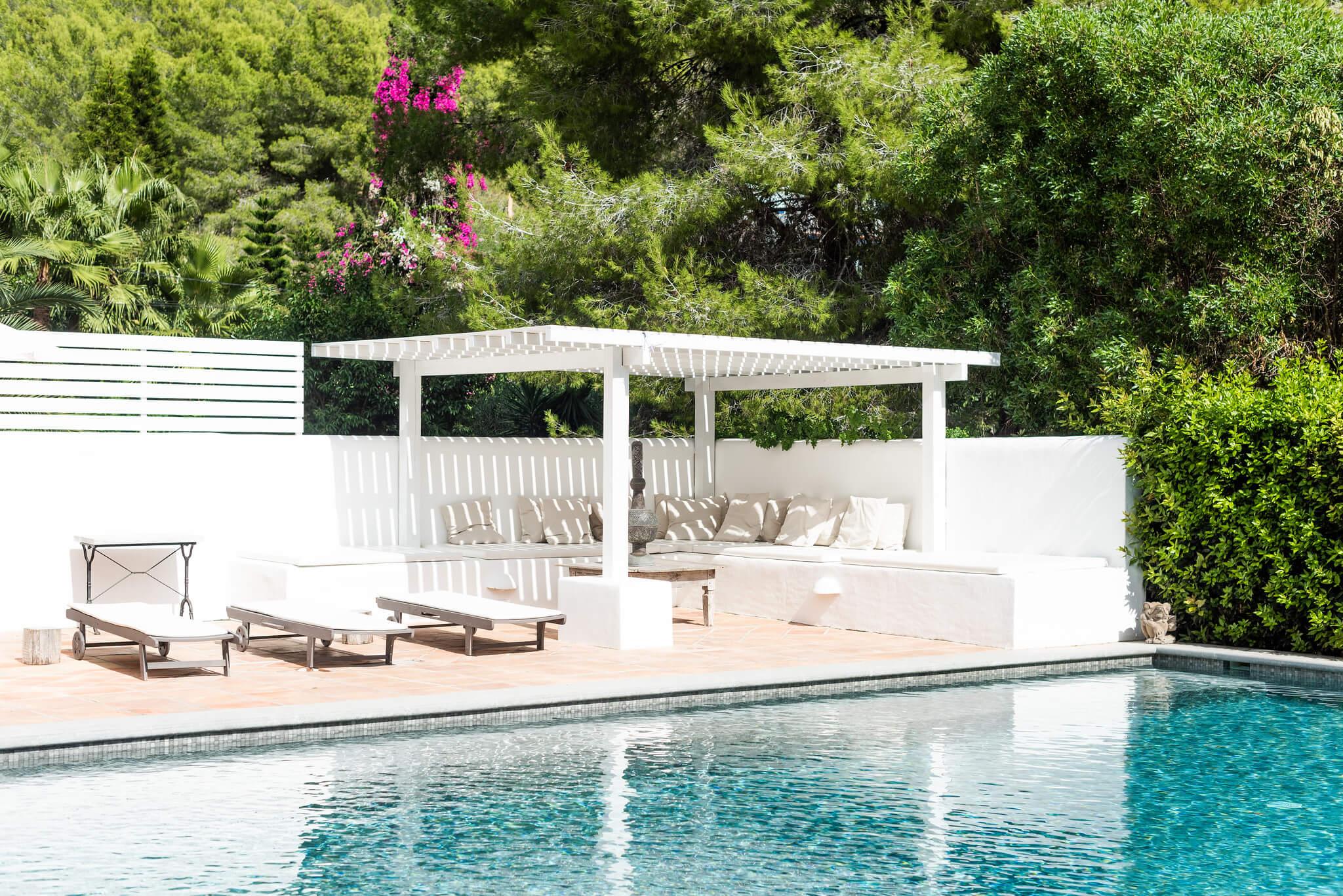 https://www.white-ibiza.com/wp-content/uploads/2020/05/white-ibiza-villas-can-lyra-across-the-pool.jpg