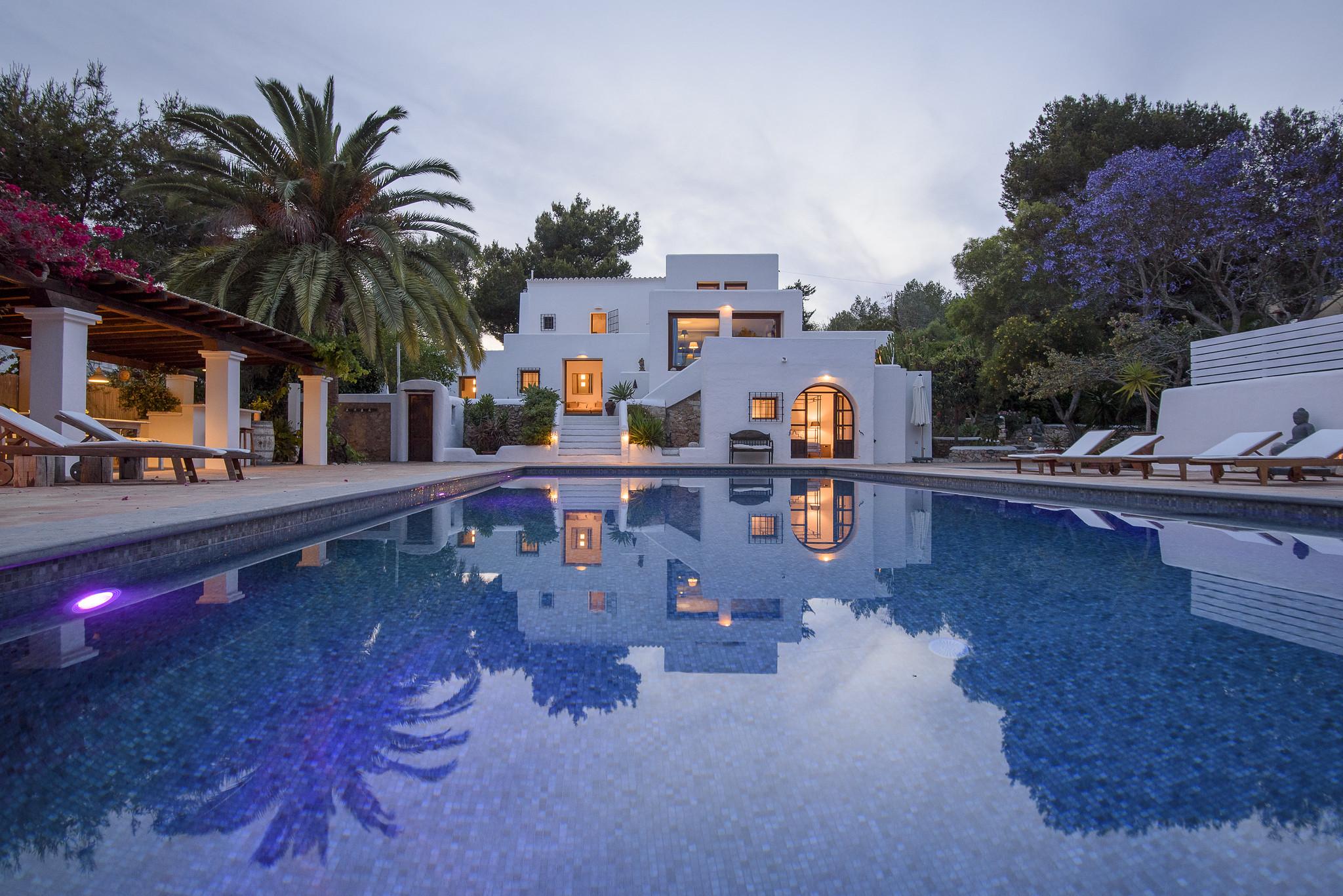 https://www.white-ibiza.com/wp-content/uploads/2020/05/white-ibiza-villas-can-lyra-evening.jpg