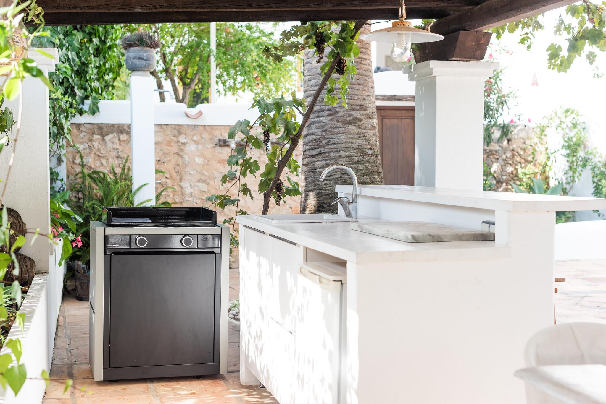 https://www.white-ibiza.com/wp-content/uploads/2020/05/white-ibiza-villas-can-lyra-exterior-outside-kitchen.jpg