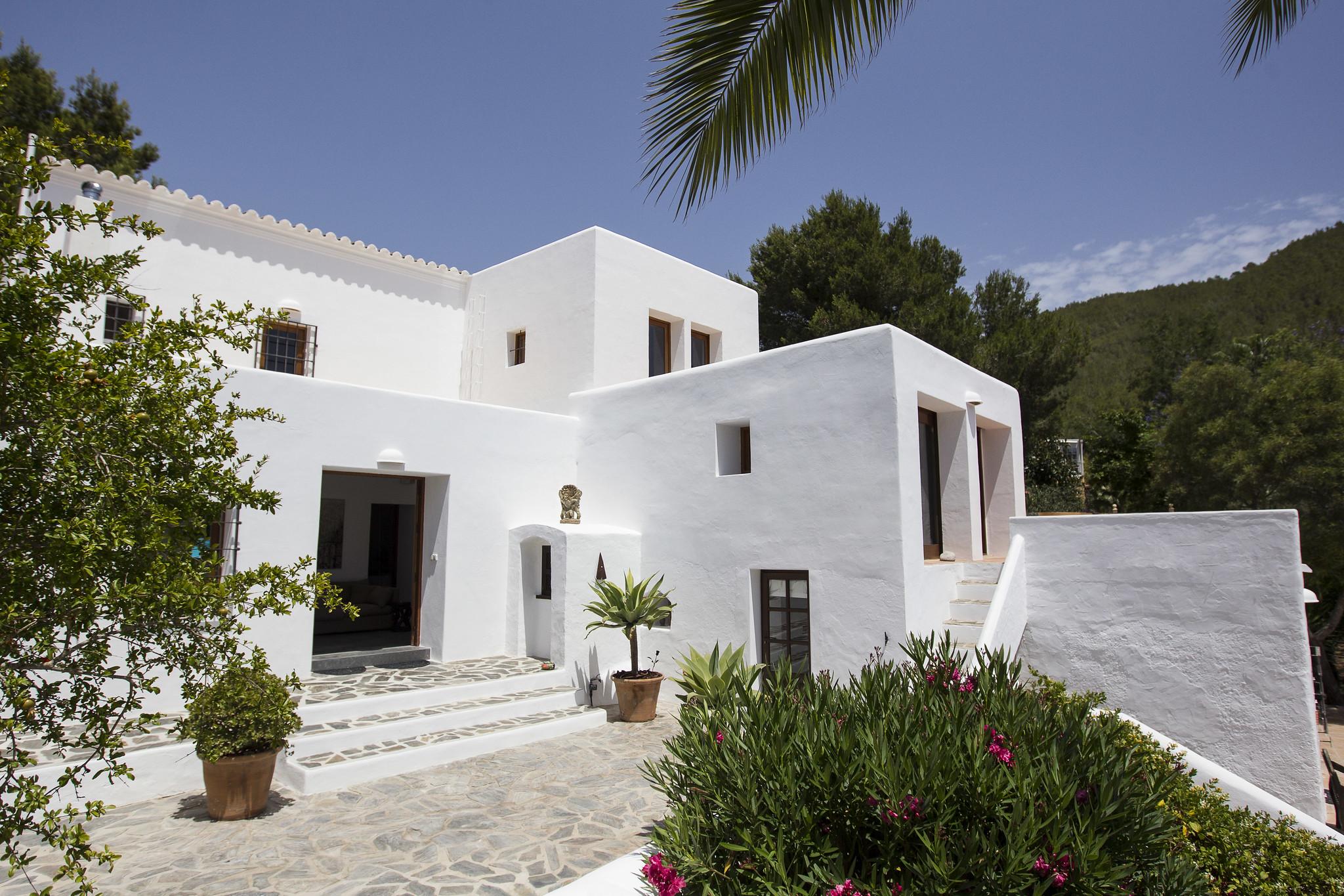 https://www.white-ibiza.com/wp-content/uploads/2020/05/white-ibiza-villas-can-lyra-exterior2.jpg