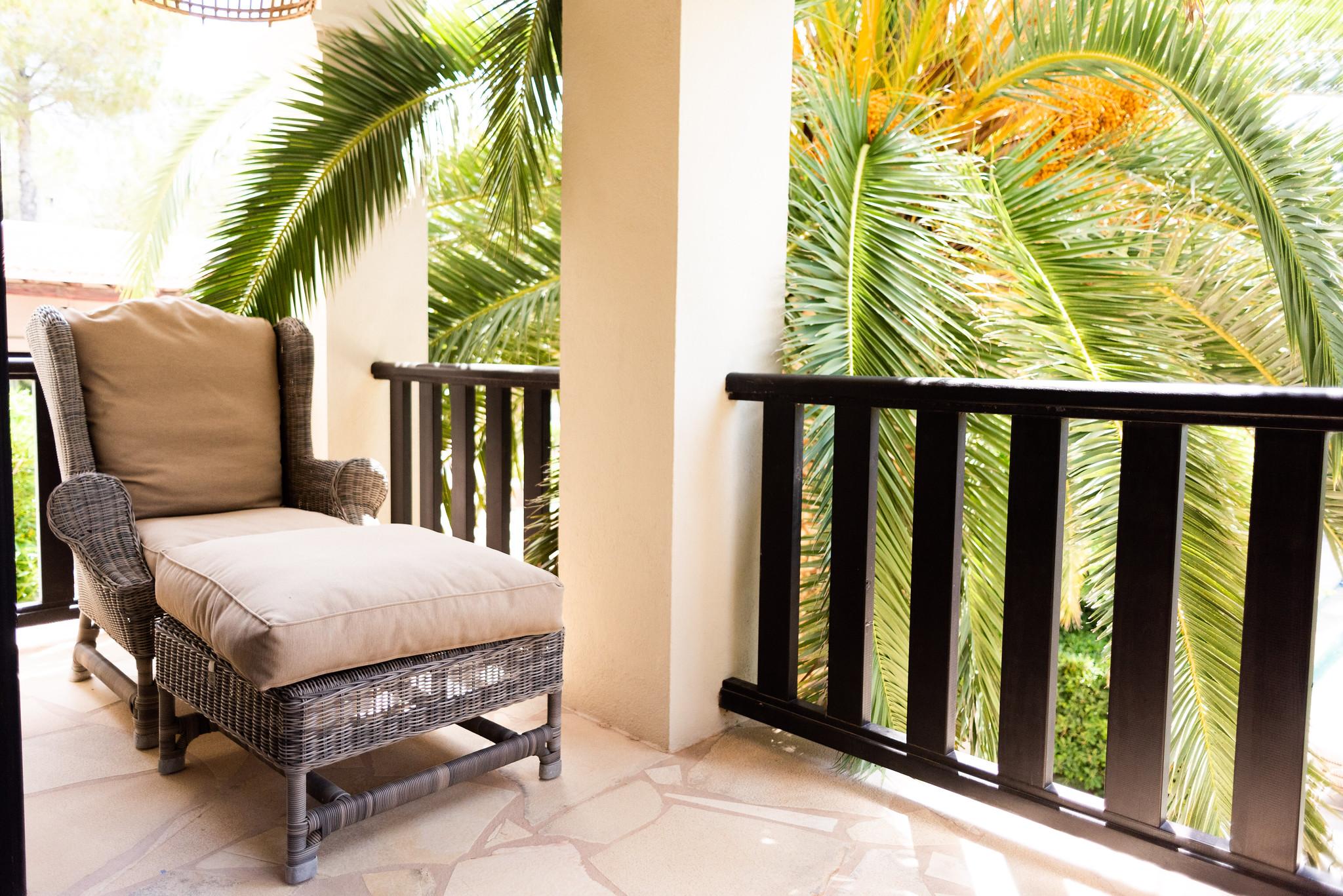 https://www.white-ibiza.com/wp-content/uploads/2020/05/white-ibiza-villas-can-riviere-interior-master-terrace.jpg