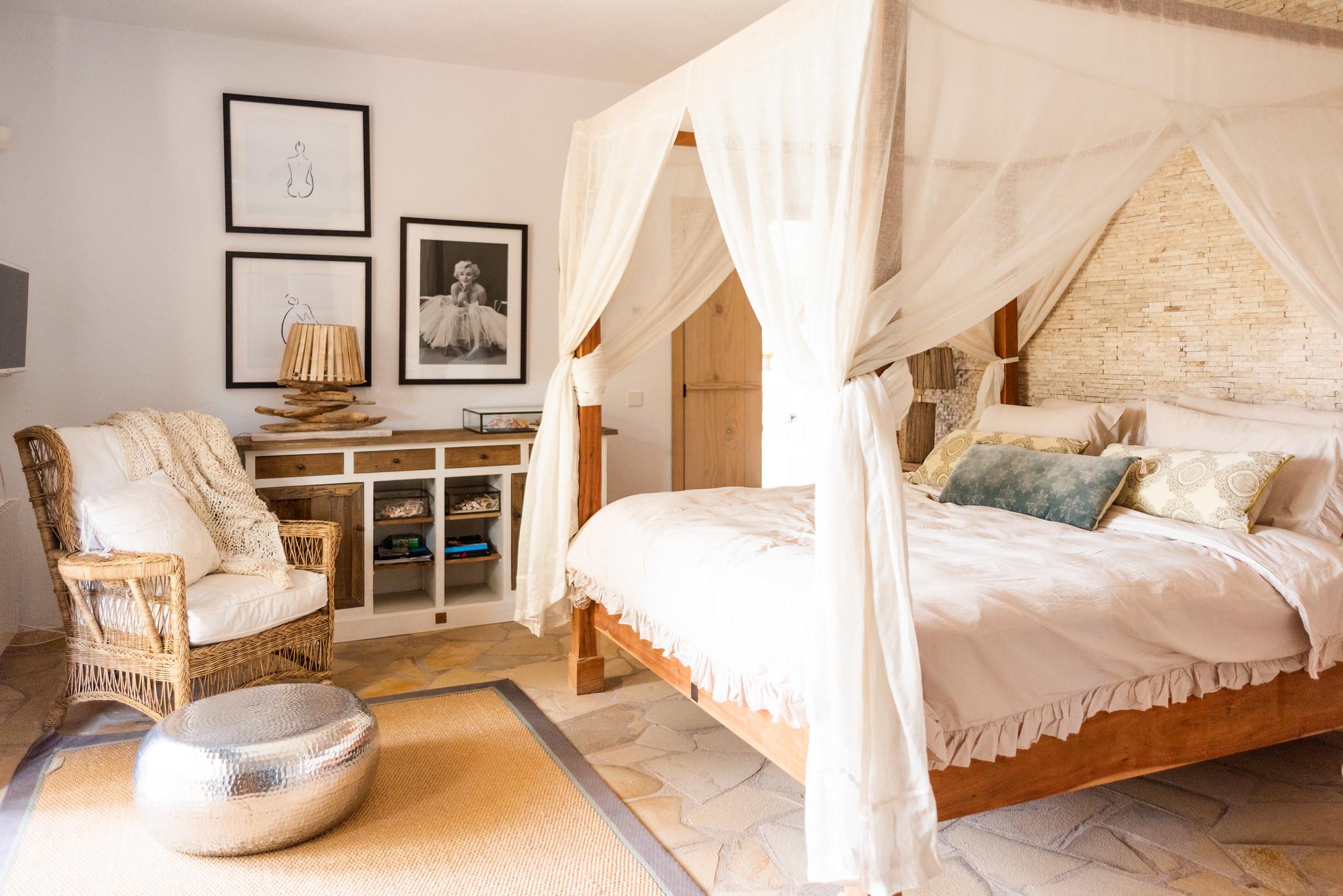 https://www.white-ibiza.com/wp-content/uploads/2020/05/white-ibiza-villas-can-riviere-interior-master.jpg