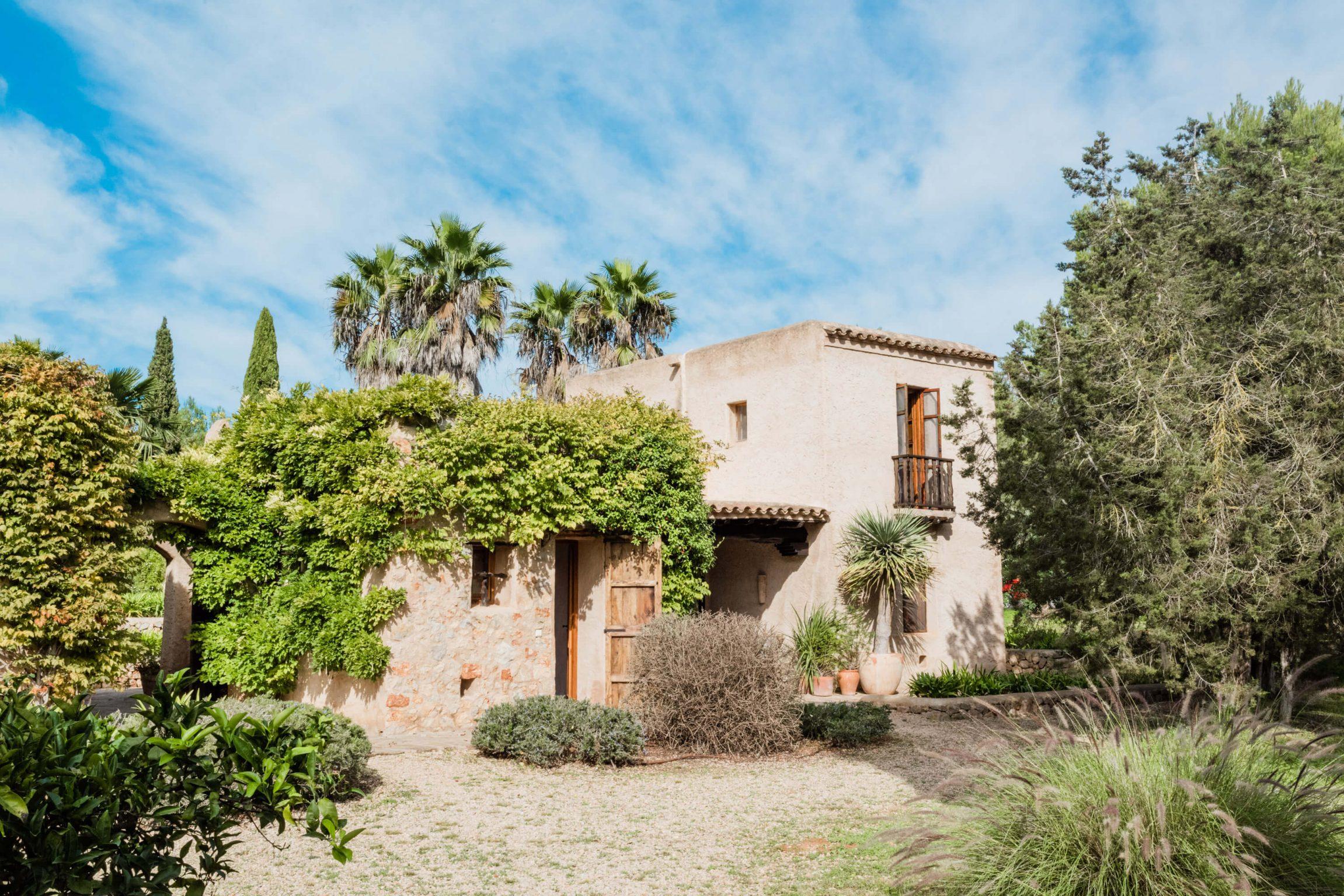 https://www.white-ibiza.com/wp-content/uploads/2020/05/white-ibiza-villas-can-sabina-exterior-facade-view-2302x1536.jpg