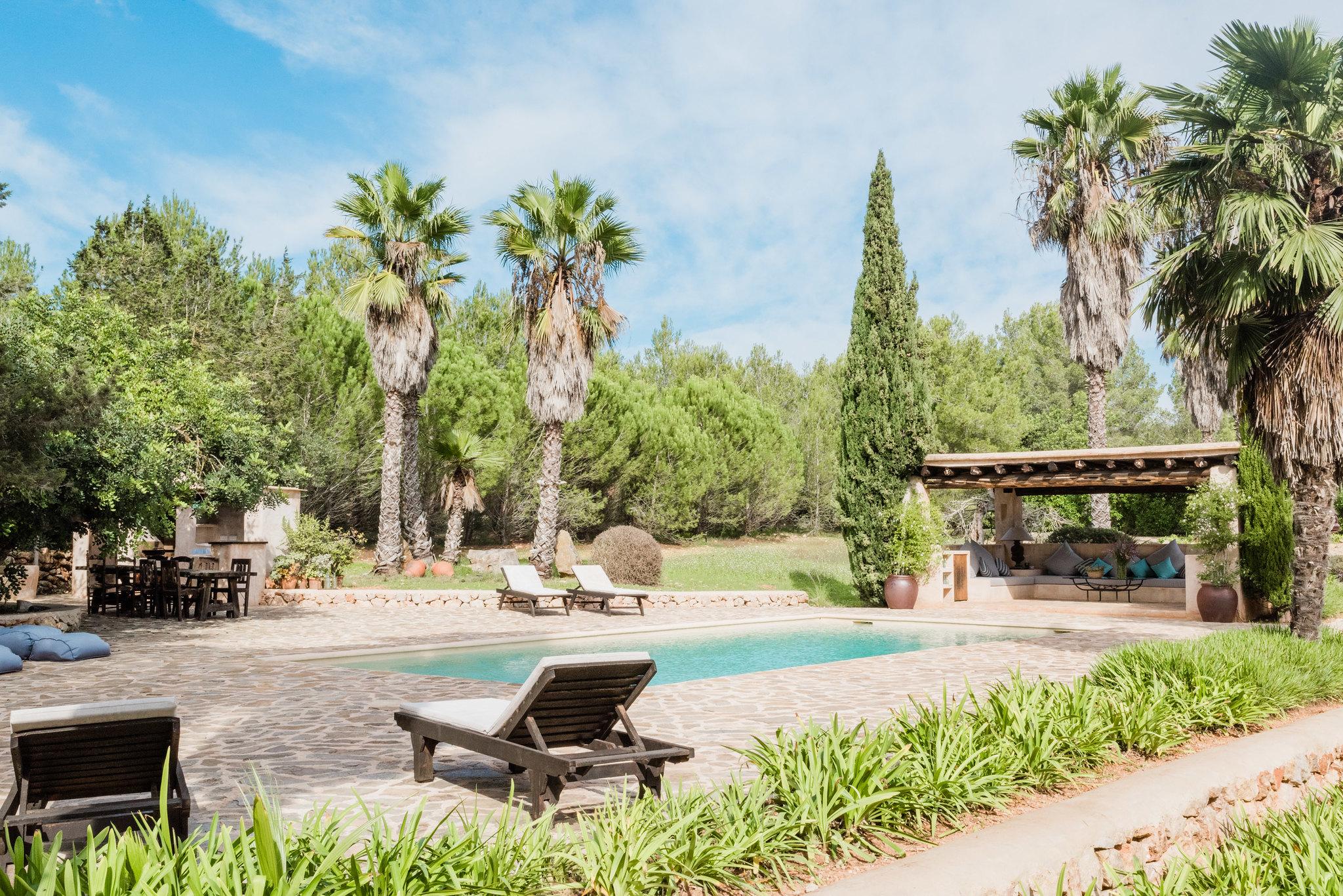 https://www.white-ibiza.com/wp-content/uploads/2020/05/white-ibiza-villas-can-sabina-exterior-sunloungers.jpg