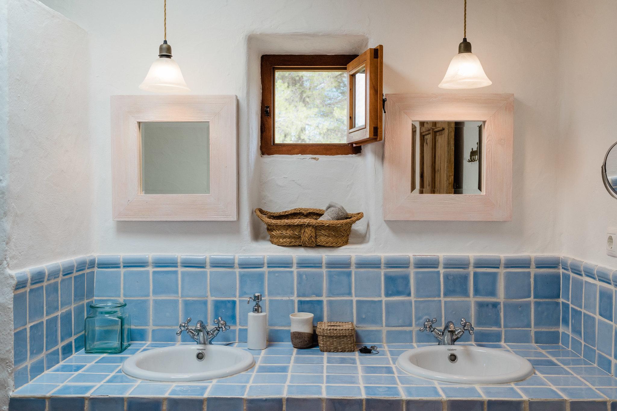 https://www.white-ibiza.com/wp-content/uploads/2020/05/white-ibiza-villas-can-sabina-interior-bathroom2.jpg