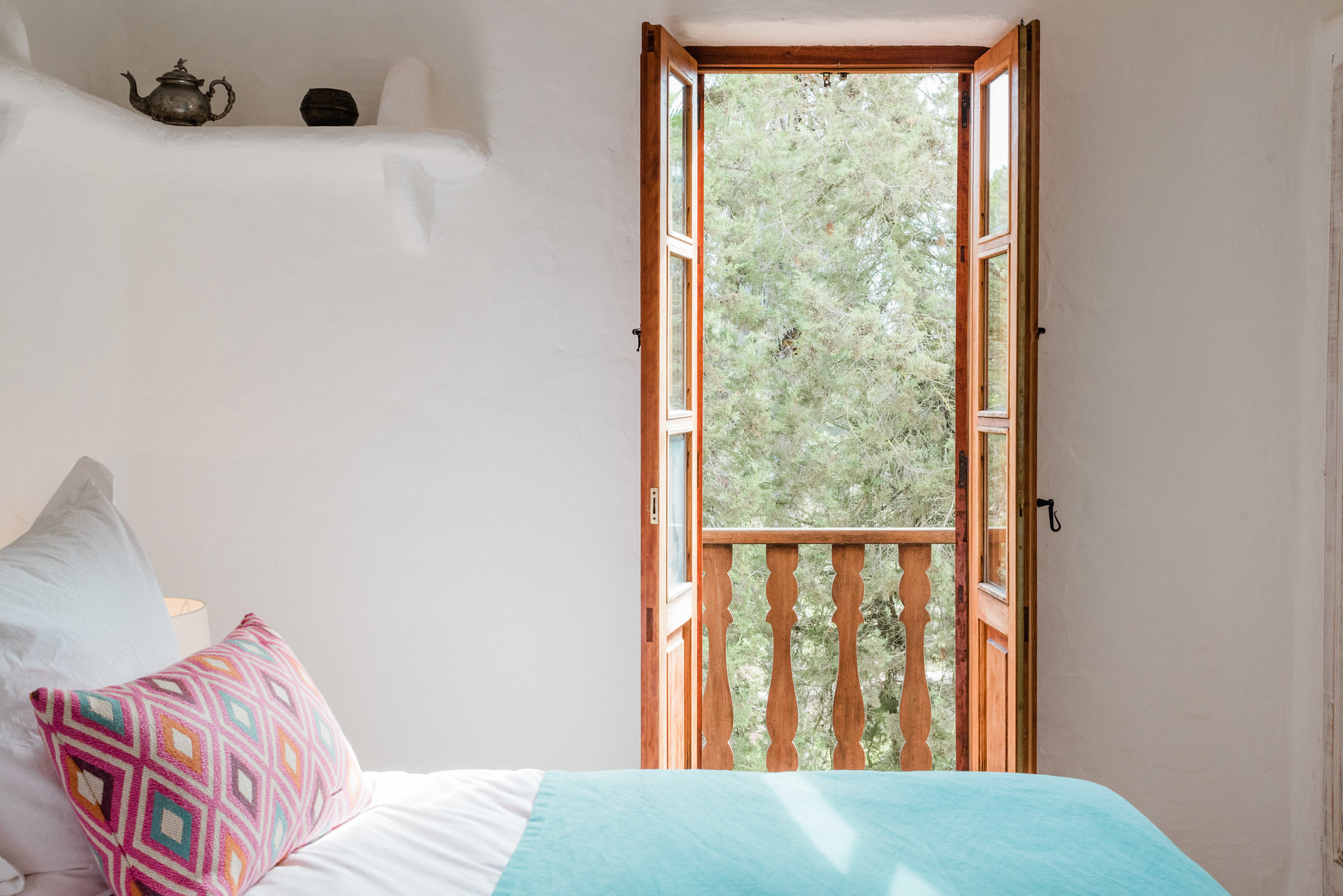 https://www.white-ibiza.com/wp-content/uploads/2020/05/white-ibiza-villas-can-sabina-interior-bedroom3.jpg