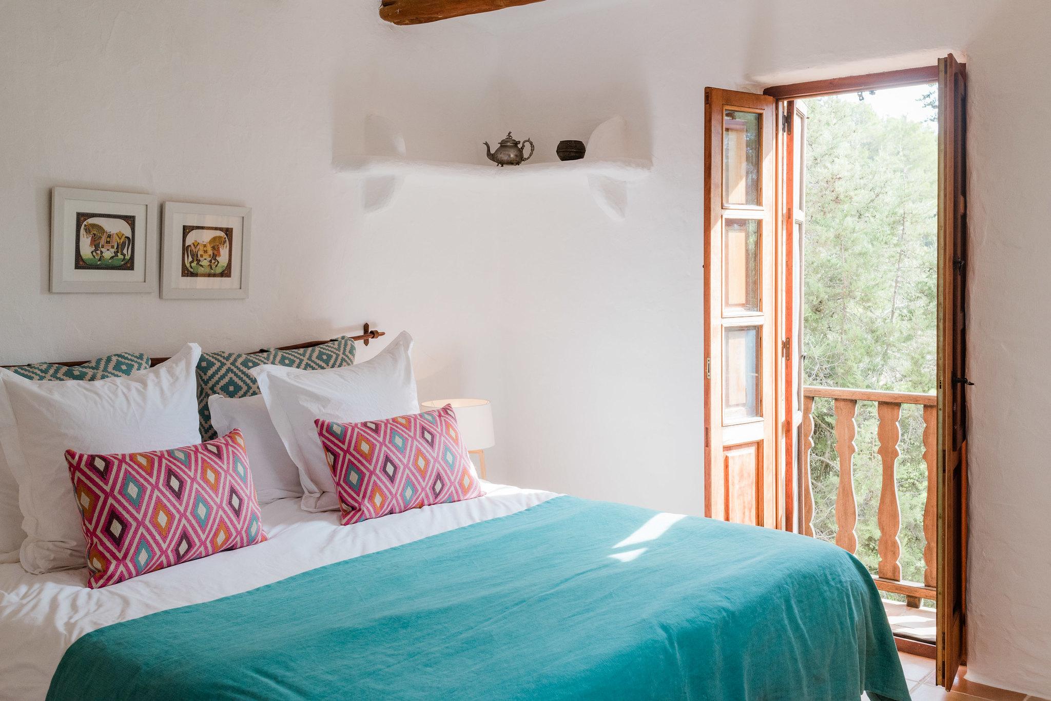 https://www.white-ibiza.com/wp-content/uploads/2020/05/white-ibiza-villas-can-sabina-interior-bedroom6.jpg