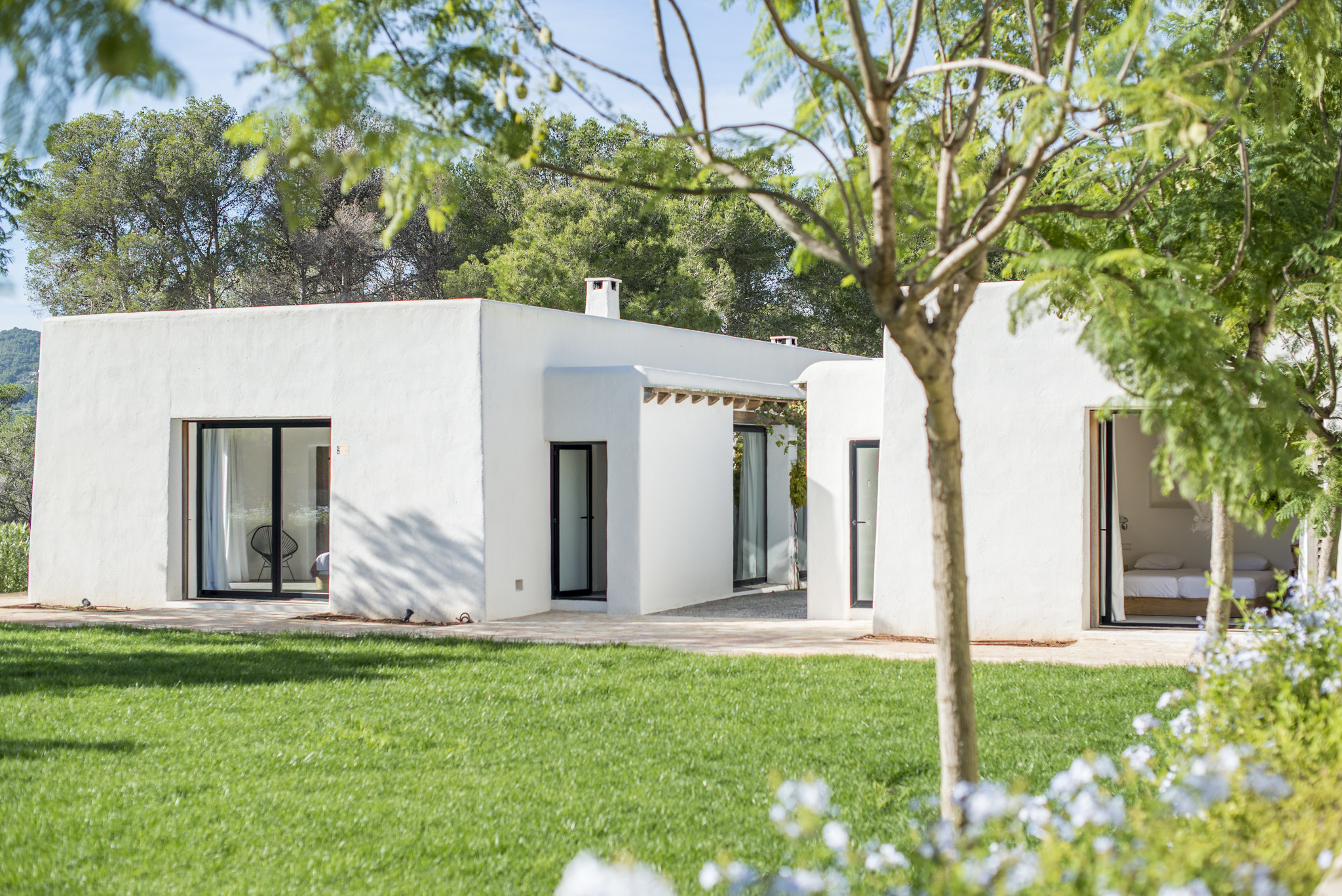 https://www.white-ibiza.com/wp-content/uploads/2020/05/white-ibiza-villas-can-terra-back-lawn.jpg