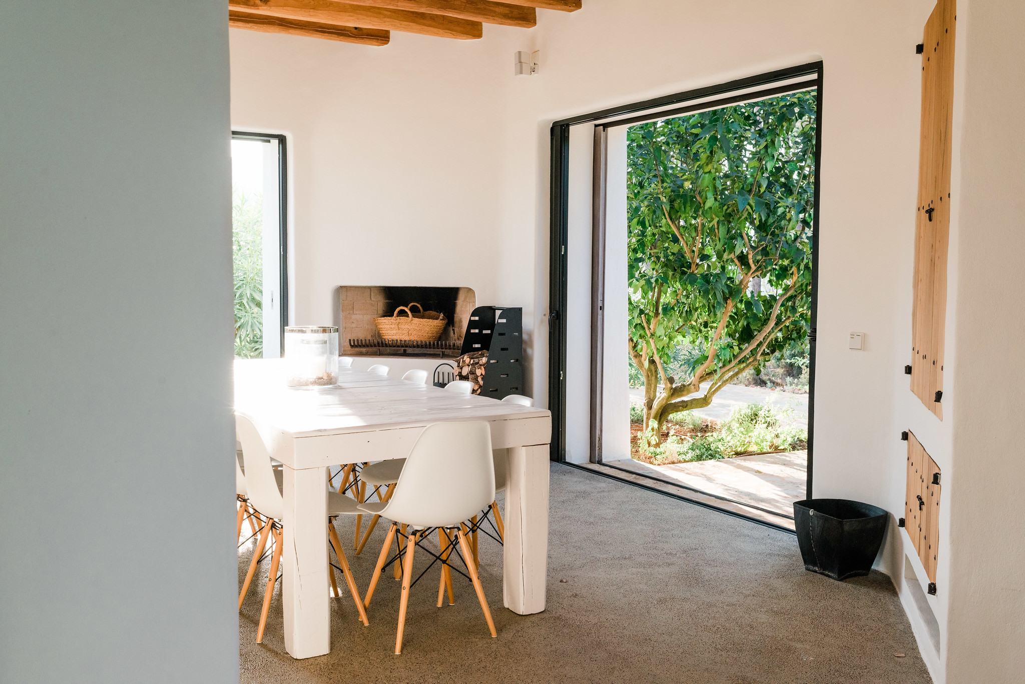 https://www.white-ibiza.com/wp-content/uploads/2020/05/white-ibiza-villas-can-terra-glimpse-into-kitchen.jpg
