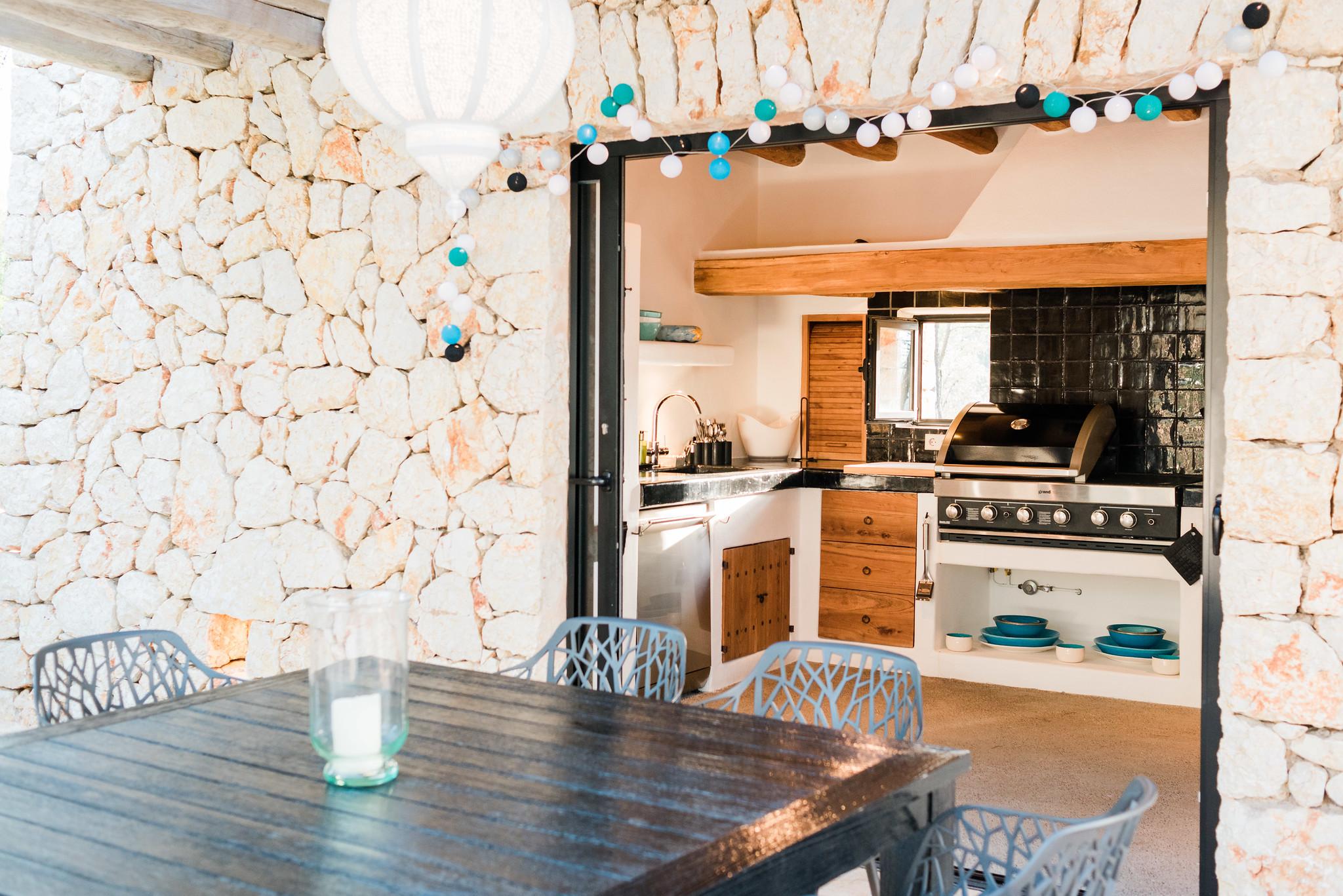 https://www.white-ibiza.com/wp-content/uploads/2020/05/white-ibiza-villas-can-terra-outside-kitchen-1.jpg