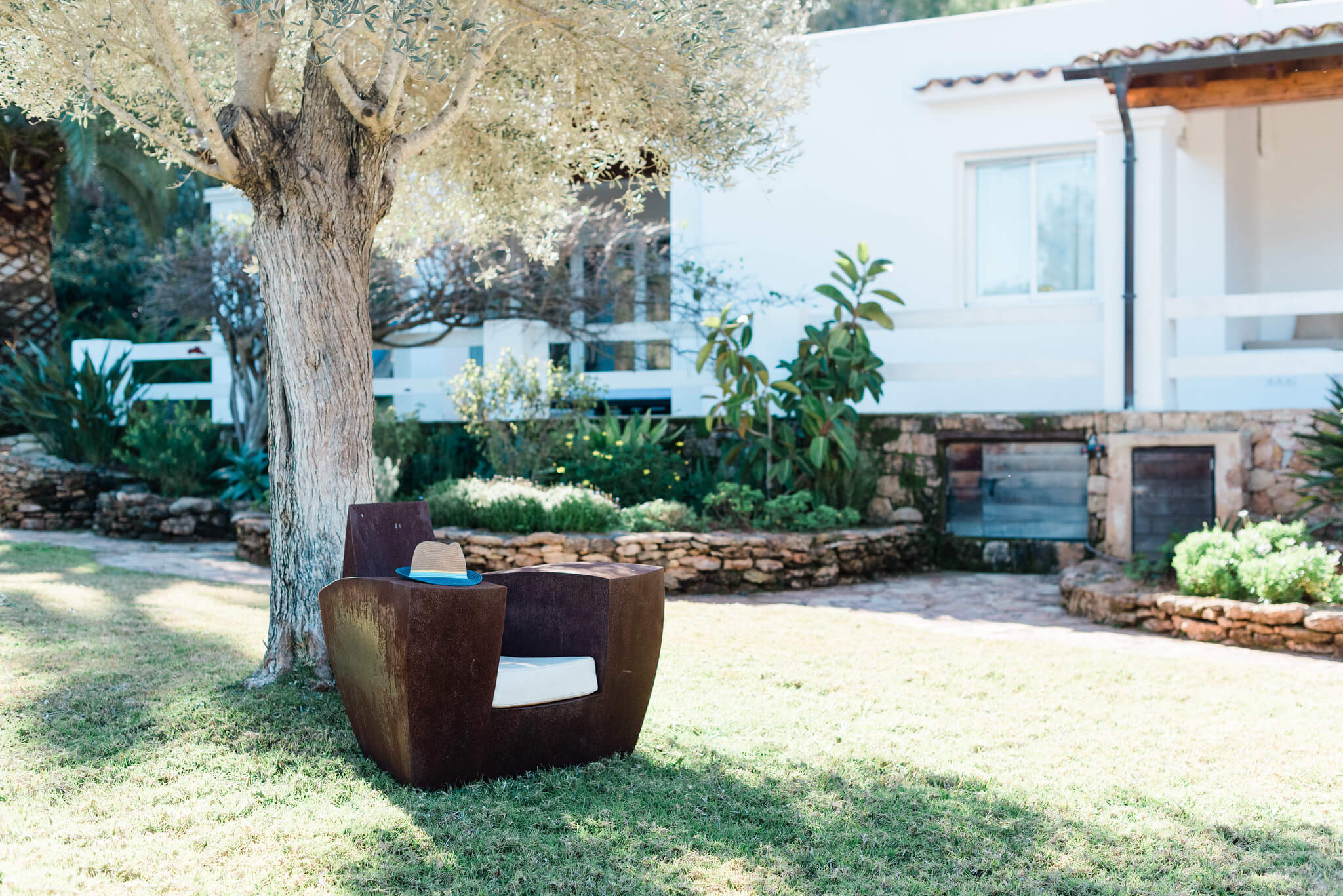https://www.white-ibiza.com/wp-content/uploads/2020/05/white-ibiza-villas-can-verde-exterior-garden-chair.jpg