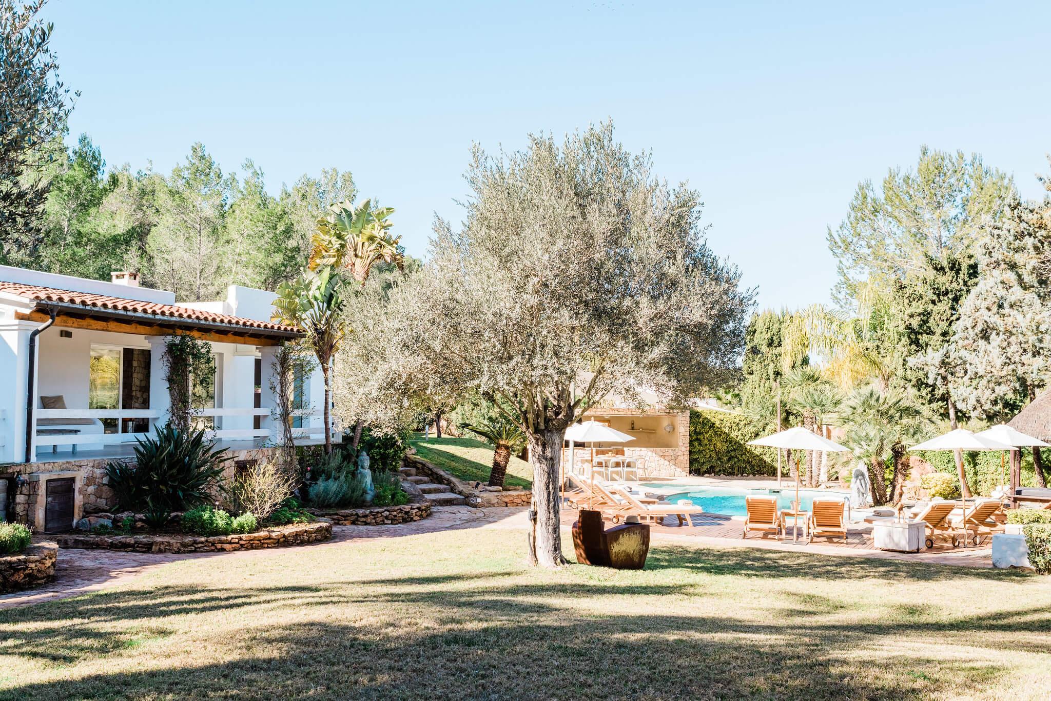 https://www.white-ibiza.com/wp-content/uploads/2020/05/white-ibiza-villas-can-verde-exterior-lawn.jpg