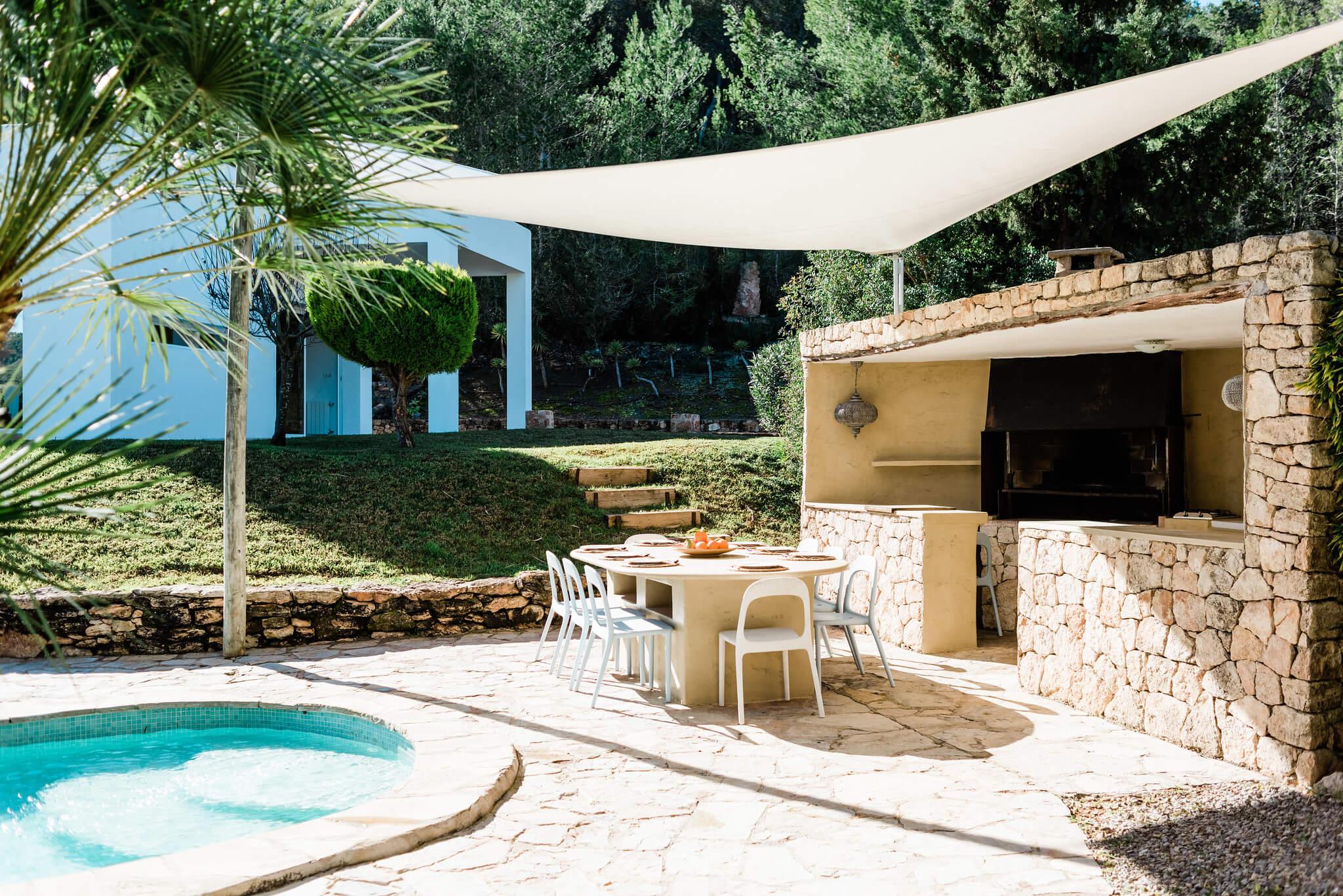 https://www.white-ibiza.com/wp-content/uploads/2020/05/white-ibiza-villas-can-verde-exterior-outside-kitchen.jpg