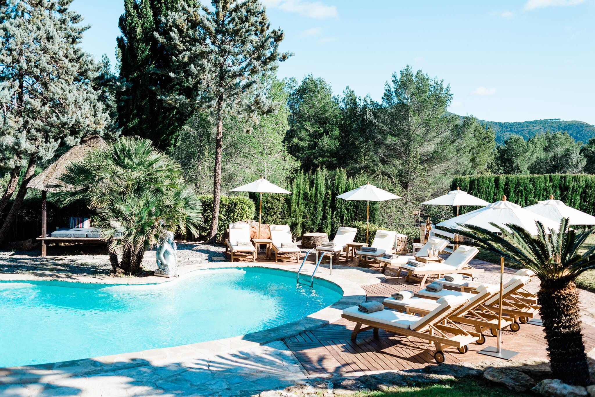 https://www.white-ibiza.com/wp-content/uploads/2020/05/white-ibiza-villas-can-verde-exterior-sun-loungers-round-pool.jpg