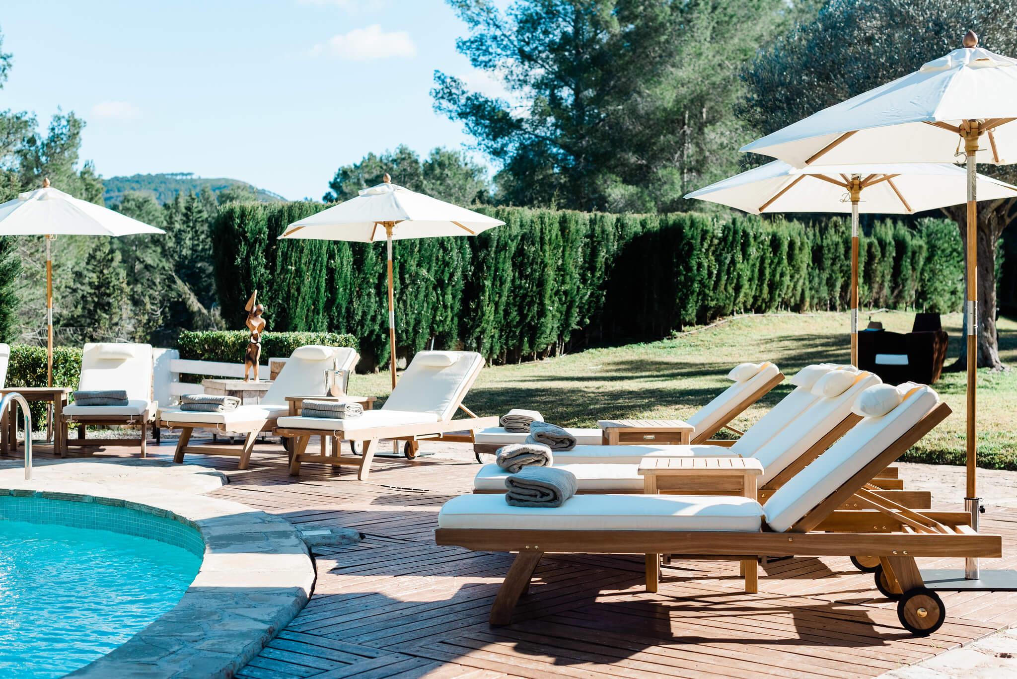 https://www.white-ibiza.com/wp-content/uploads/2020/05/white-ibiza-villas-can-verde-exterior-sun-loungers.jpg