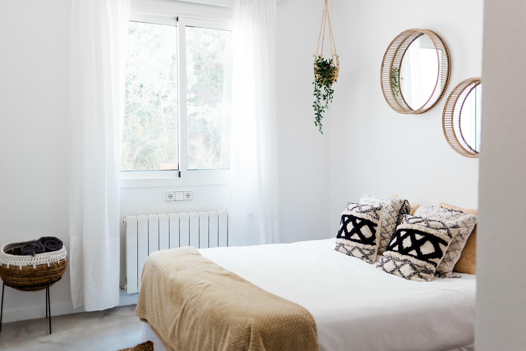 https://www.white-ibiza.com/wp-content/uploads/2020/05/white-ibiza-villas-can-verde-interior-bedroom.jpg