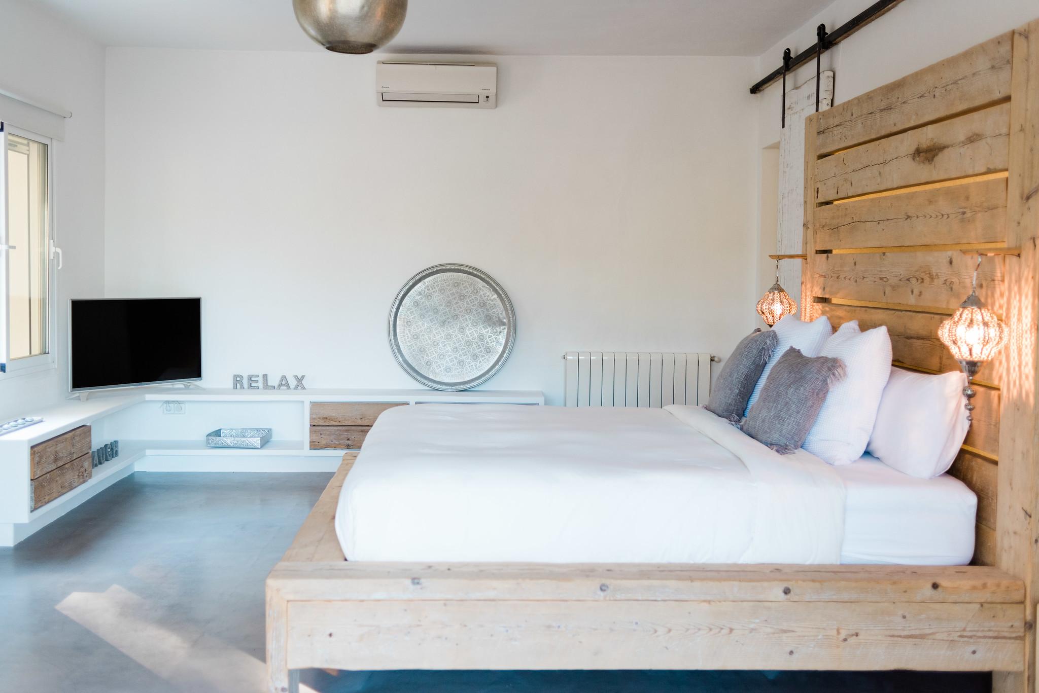https://www.white-ibiza.com/wp-content/uploads/2020/05/white-ibiza-villas-can-verde-interior-master.jpg