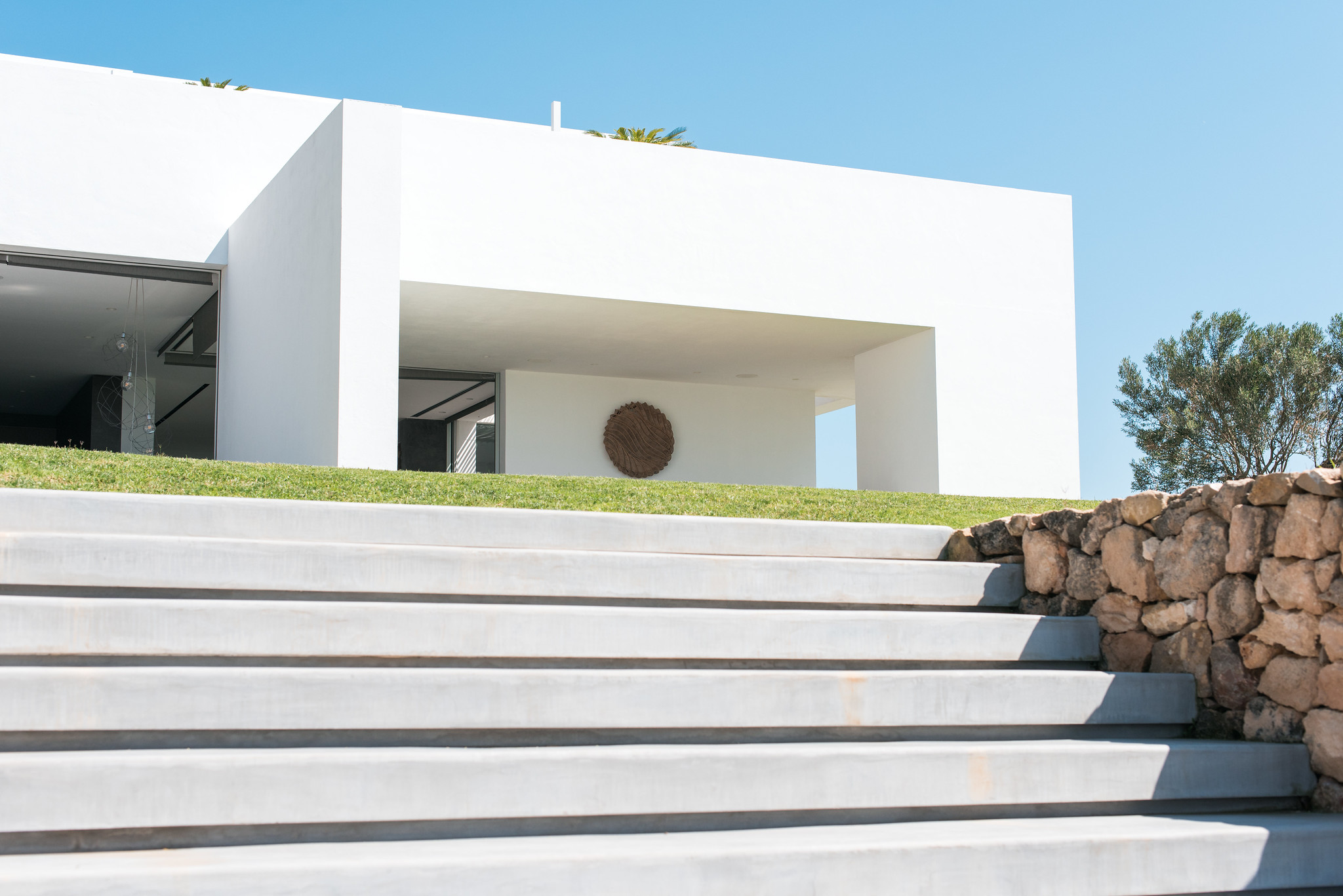 https://www.white-ibiza.com/wp-content/uploads/2020/05/white-ibiza-villas-can-zama-steps-up-from-pool.jpg
