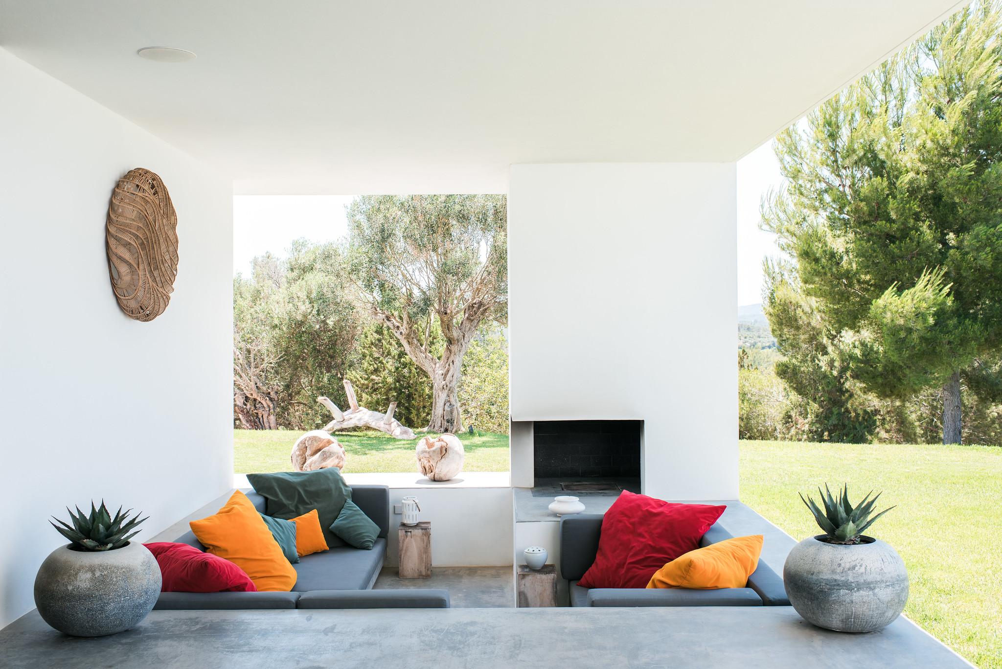 https://www.white-ibiza.com/wp-content/uploads/2020/05/white-ibiza-villas-can-zama-sunken-fireplace-chill-out.jpg