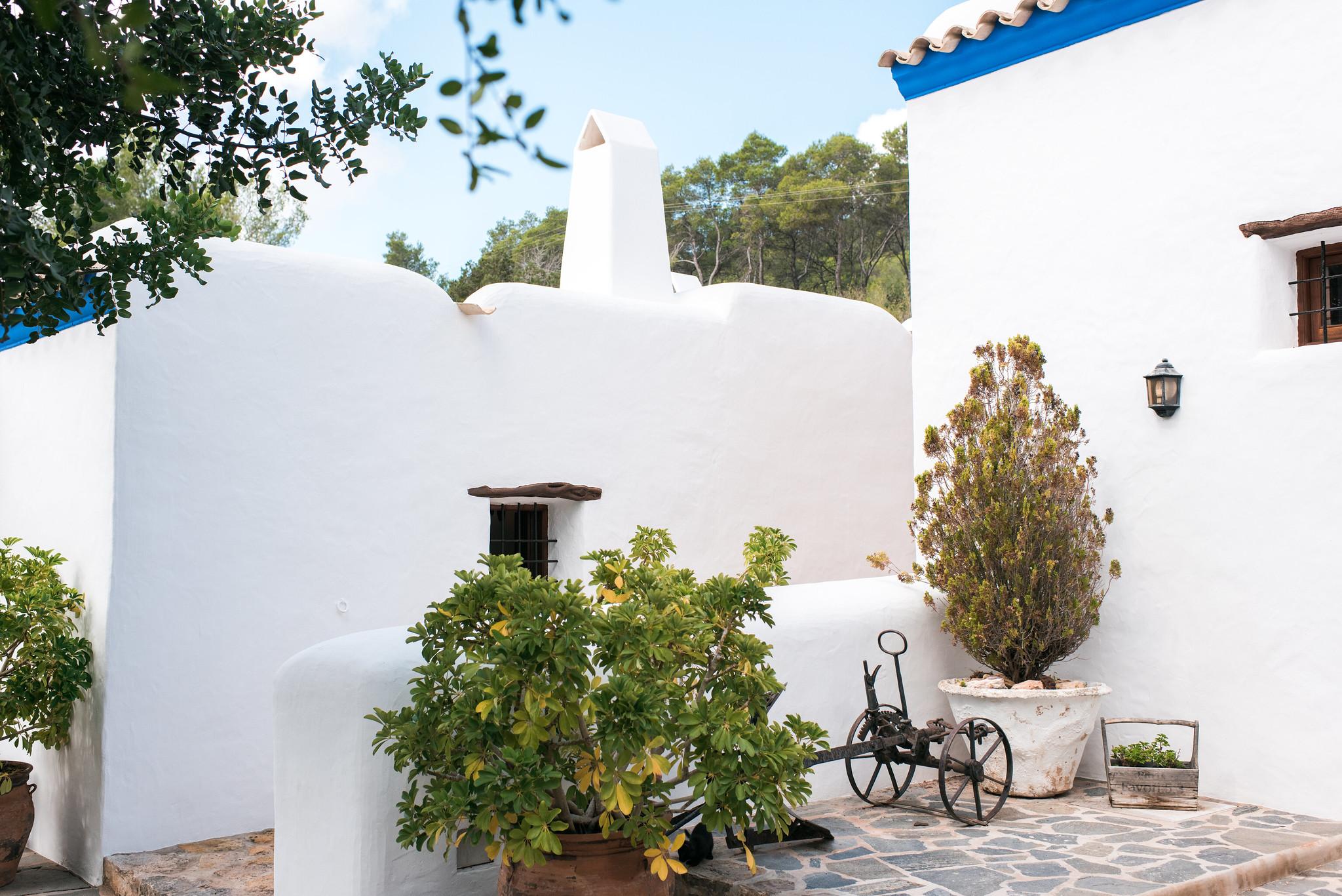 https://www.white-ibiza.com/wp-content/uploads/2020/05/white-ibiza-villas-canblay-courtyard.jpg