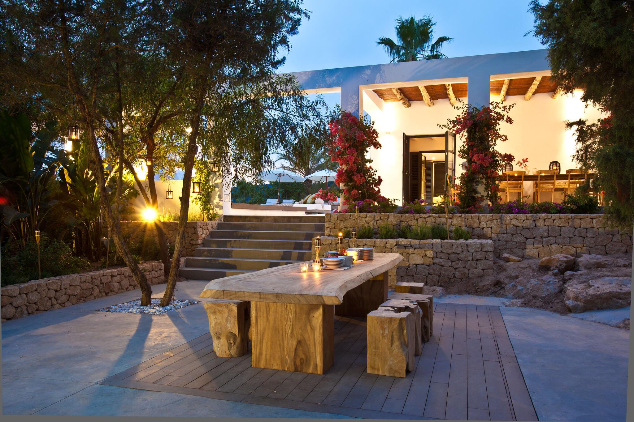 https://www.white-ibiza.com/wp-content/uploads/2020/05/white-ibiza-villas-casa-amalia-exterior-evening.jpg