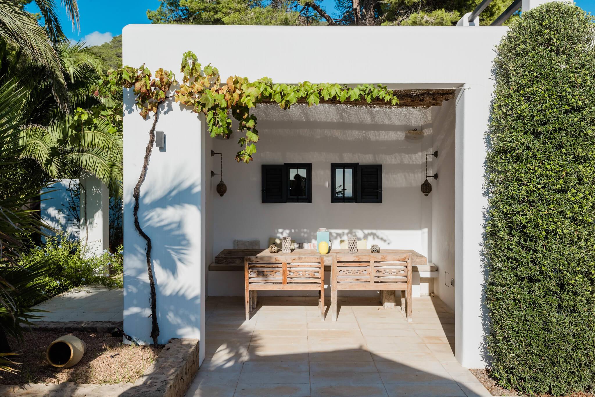 https://www.white-ibiza.com/wp-content/uploads/2020/05/white-ibiza-villas-casa-amalia-exterior-outside-dining.jpg