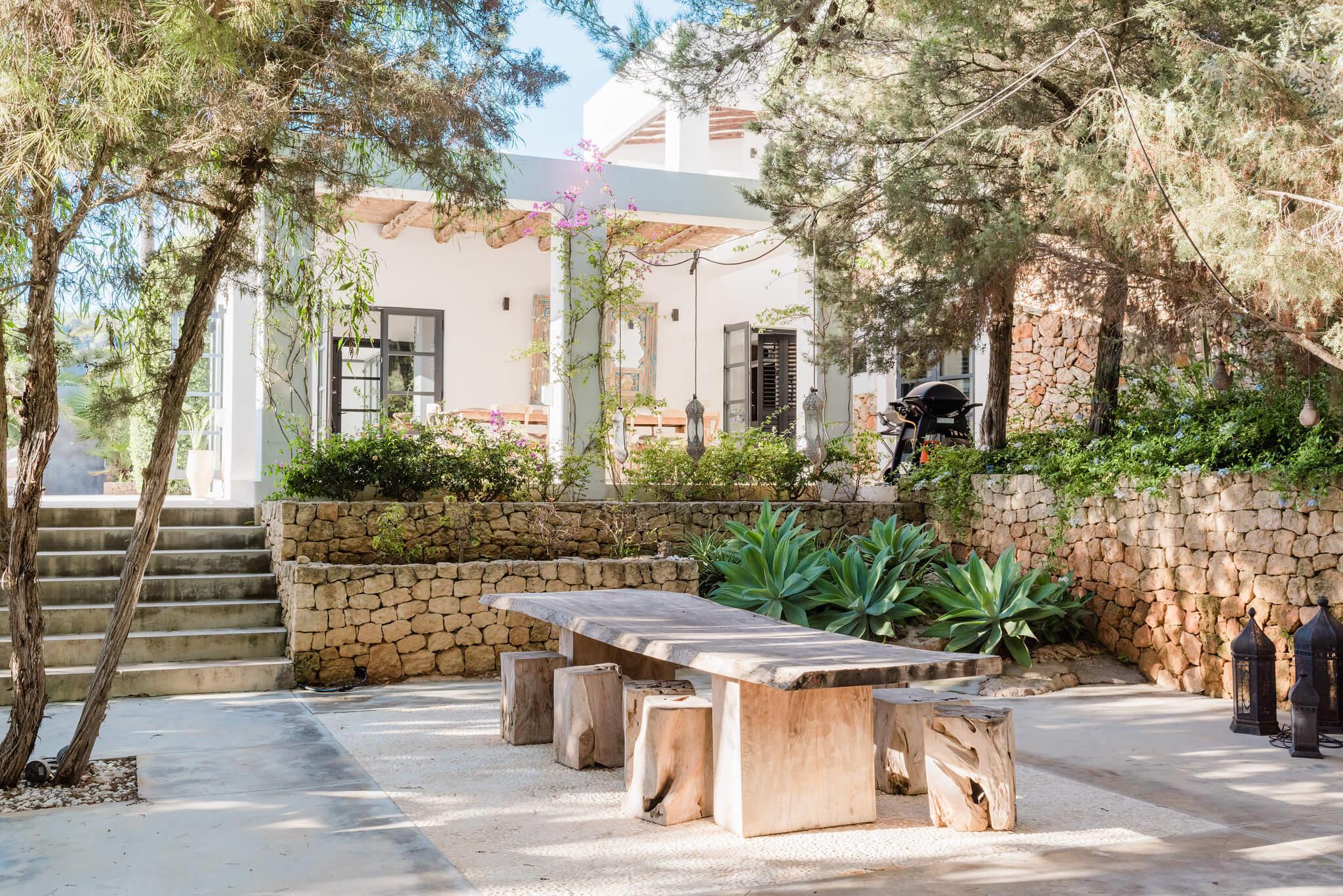 https://www.white-ibiza.com/wp-content/uploads/2020/05/white-ibiza-villas-casa-amalia-exterior-outside-dining2.jpg