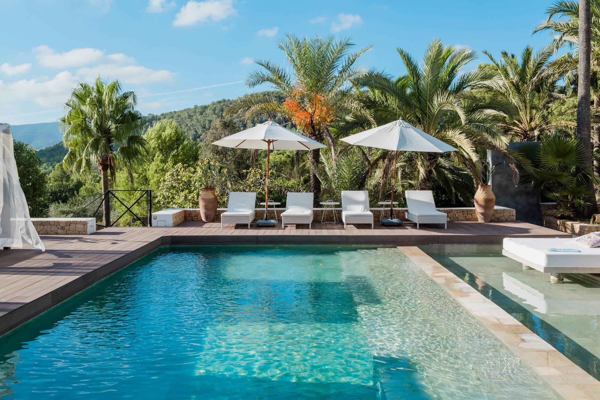 https://www.white-ibiza.com/wp-content/uploads/2020/05/white-ibiza-villas-casa-amalia-exterior-sunloungers.jpg