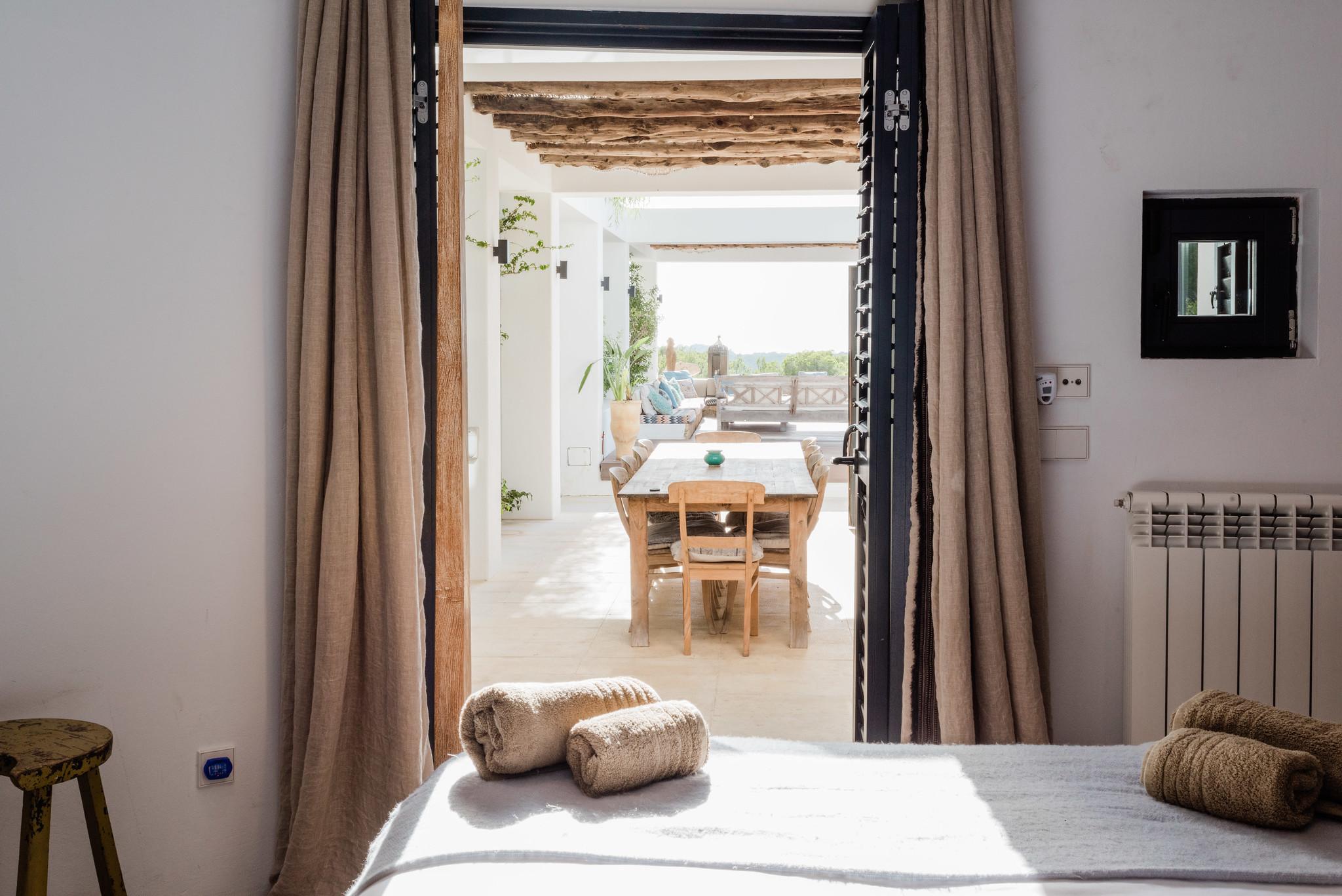 https://www.white-ibiza.com/wp-content/uploads/2020/05/white-ibiza-villas-casa-amalia-interior-bedroom2.jpg