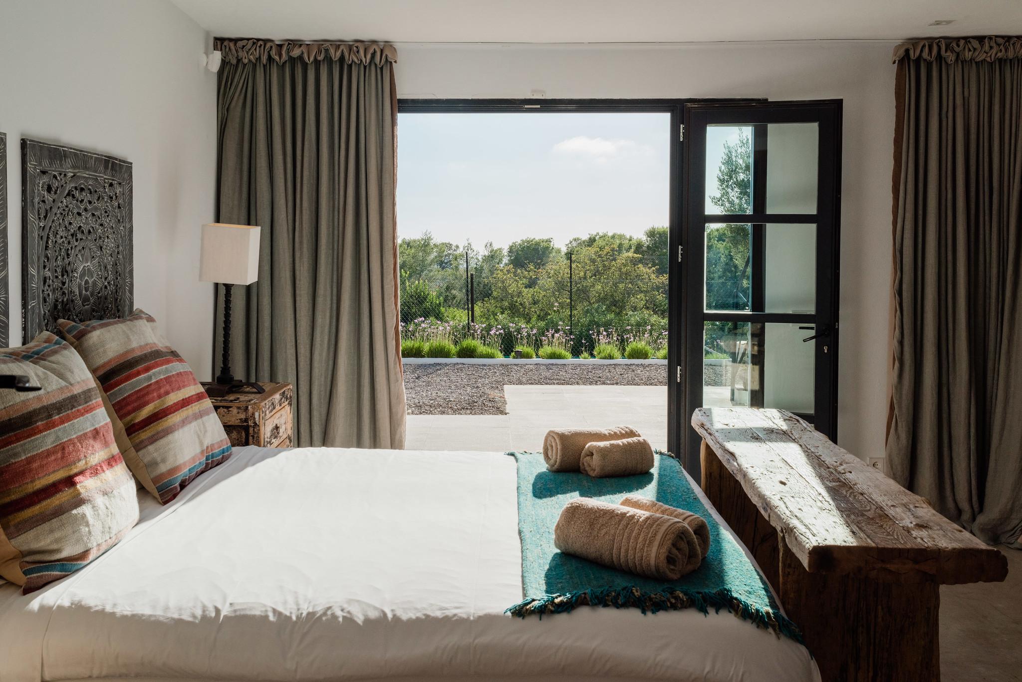 https://www.white-ibiza.com/wp-content/uploads/2020/05/white-ibiza-villas-casa-amalia-interior-bedroom4.jpg
