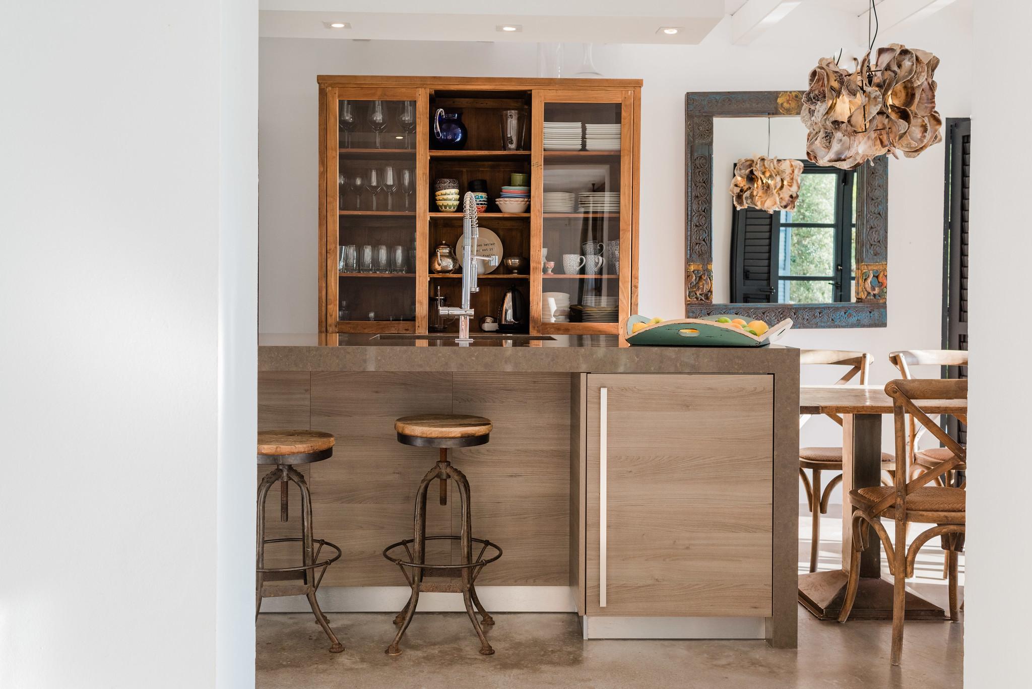 https://www.white-ibiza.com/wp-content/uploads/2020/05/white-ibiza-villas-casa-amalia-interior-view-into-kitchen.jpg