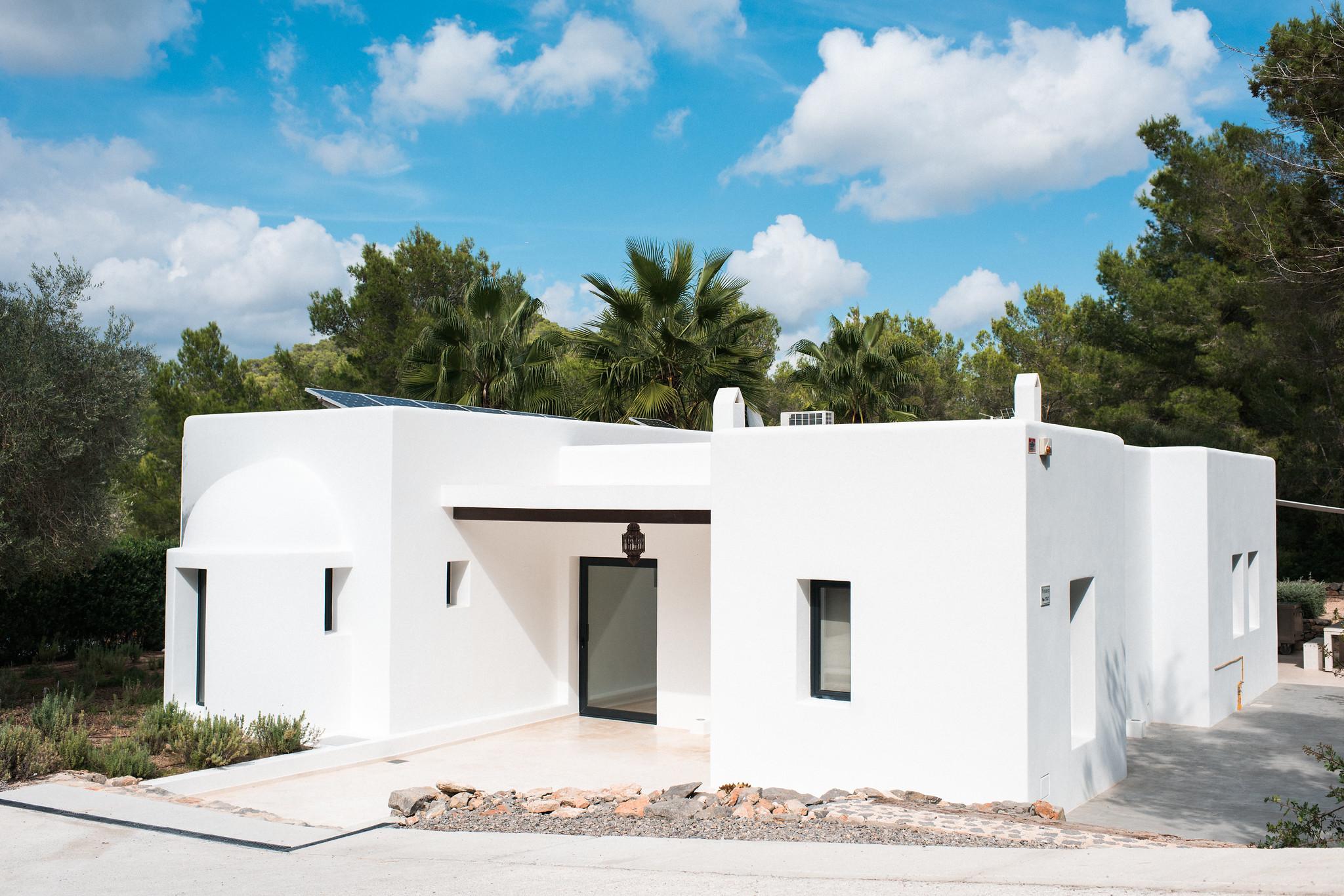 https://www.white-ibiza.com/wp-content/uploads/2020/05/white-ibiza-villas-casa-estrella-exterior-facade.jpg