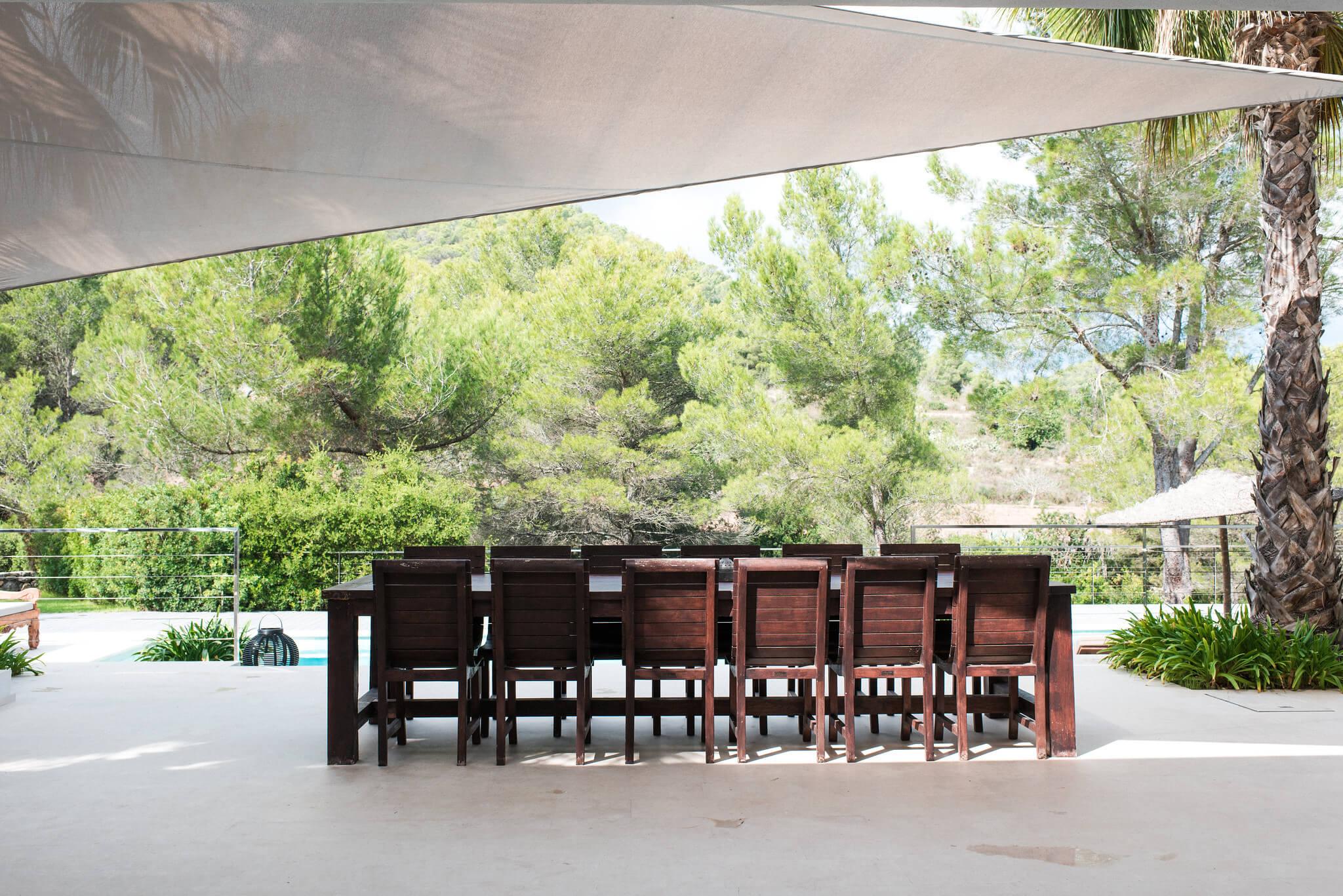 https://www.white-ibiza.com/wp-content/uploads/2020/05/white-ibiza-villas-casa-estrella-exterior-outside-dining.jpg