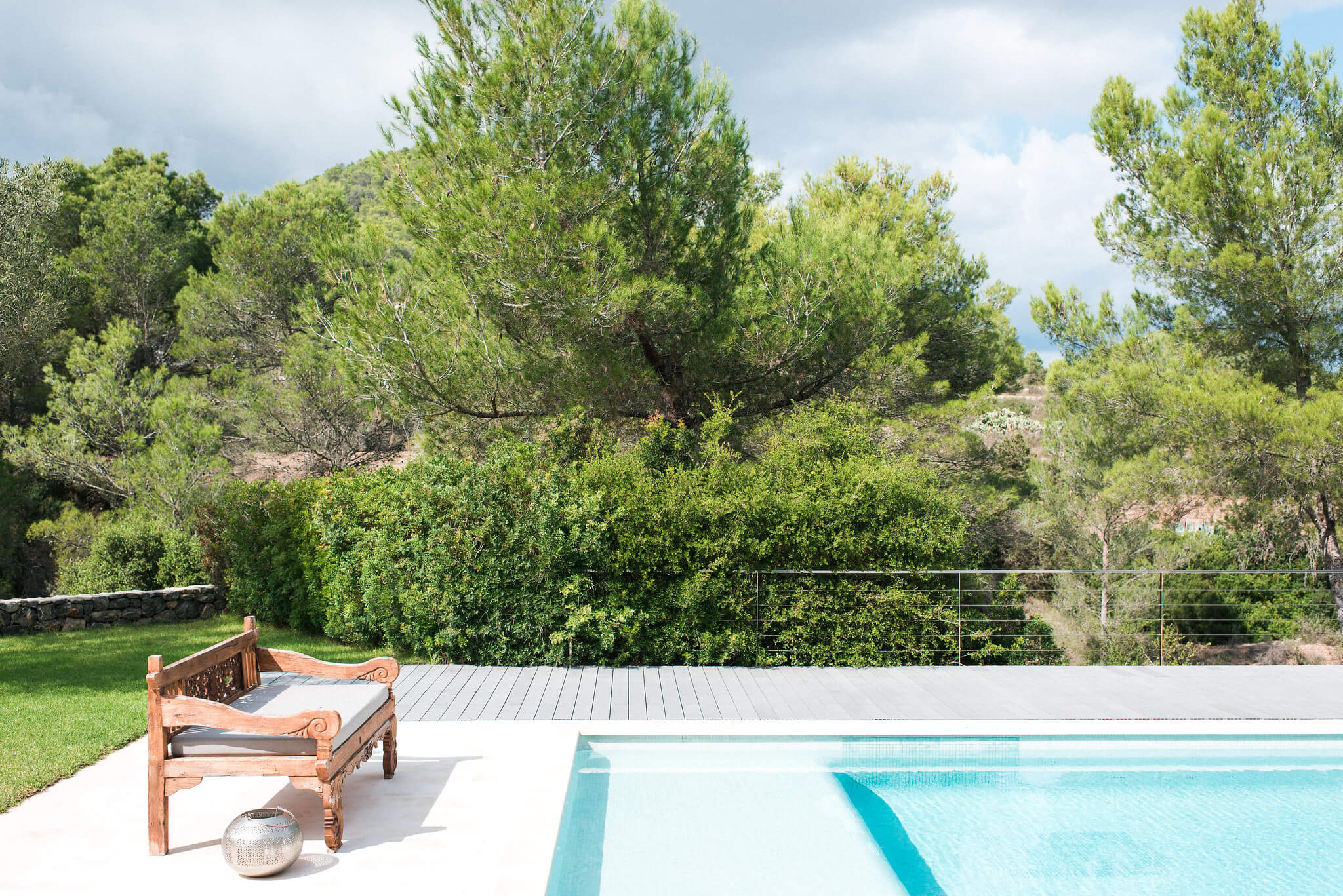 https://www.white-ibiza.com/wp-content/uploads/2020/05/white-ibiza-villas-casa-estrella-exterior-pool-chair.jpg