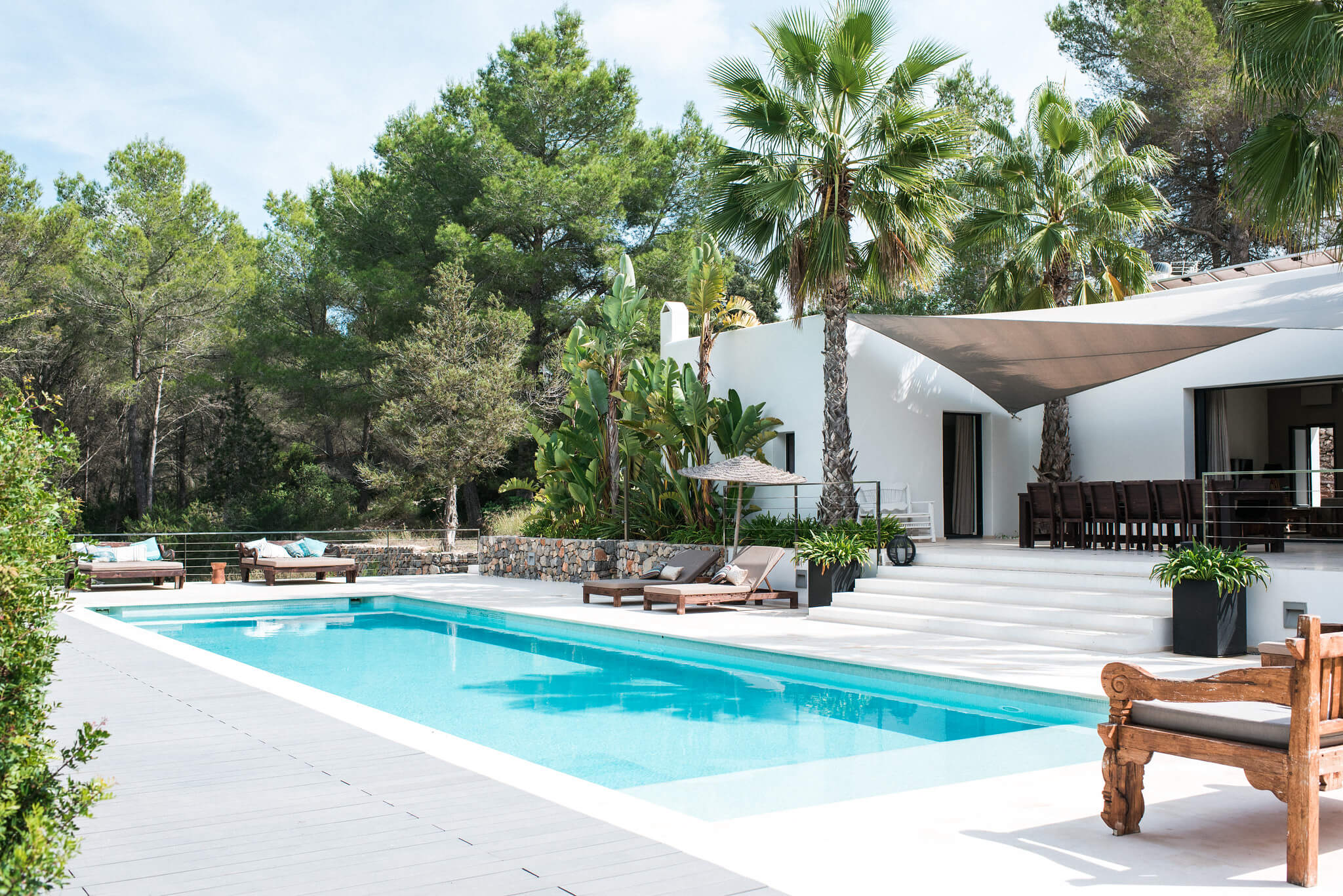 https://www.white-ibiza.com/wp-content/uploads/2020/05/white-ibiza-villas-casa-estrella-exterior-pool-corner.jpg
