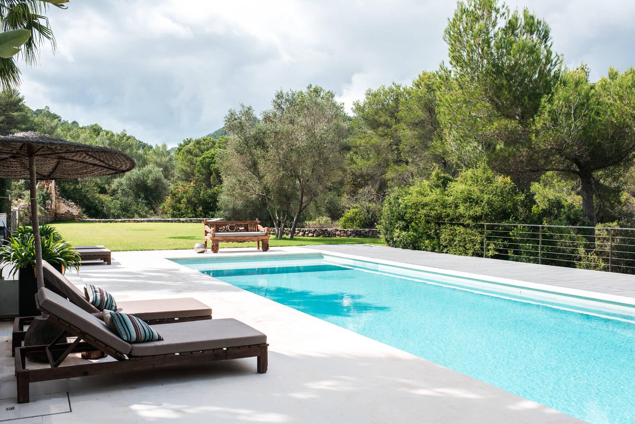 https://www.white-ibiza.com/wp-content/uploads/2020/05/white-ibiza-villas-casa-estrella-exterior-pool2.jpg