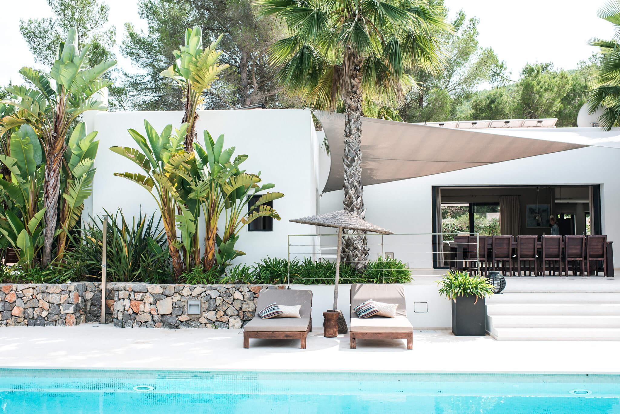 https://www.white-ibiza.com/wp-content/uploads/2020/05/white-ibiza-villas-casa-estrella-exterior-view-across-pool.jpg